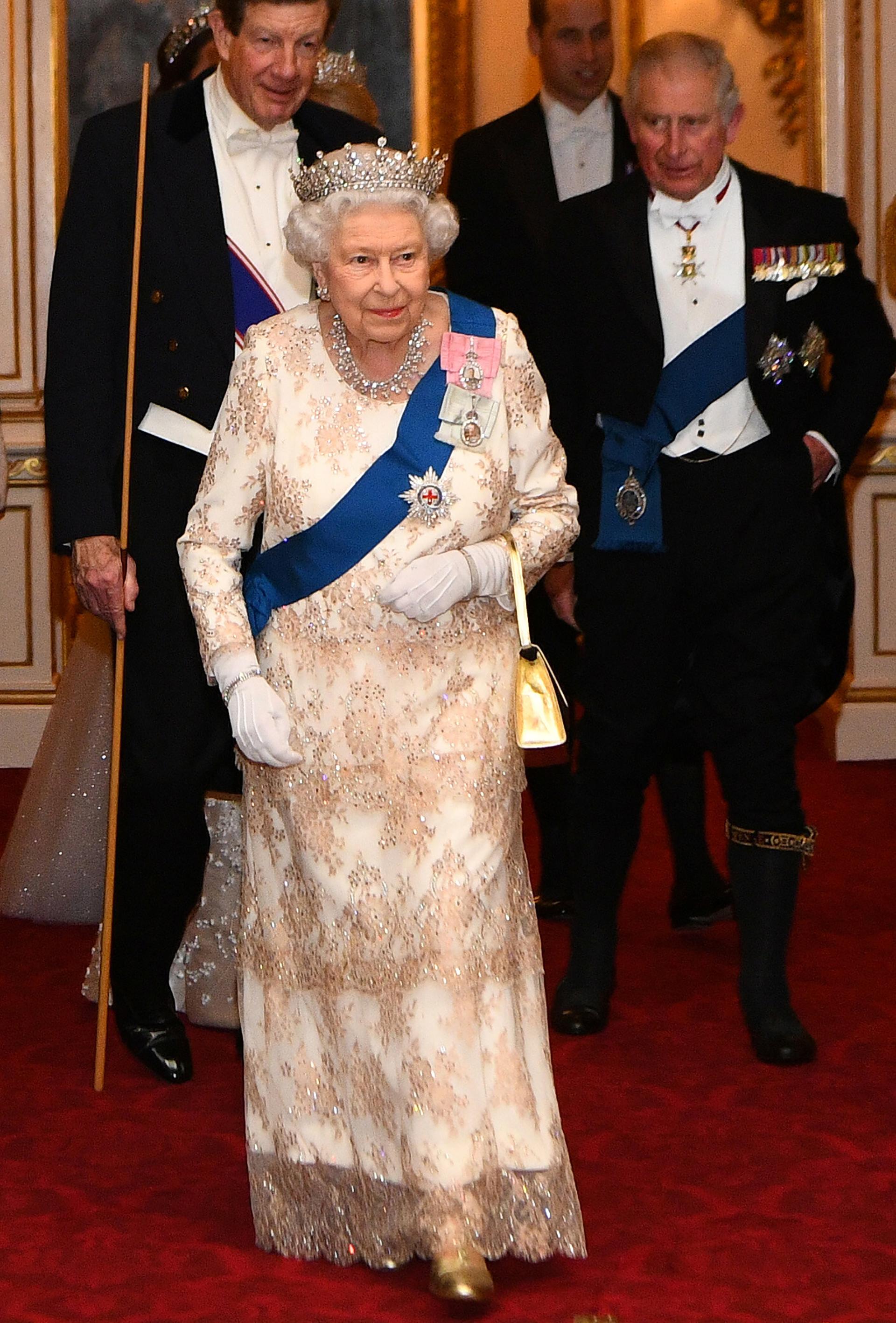 La reina Isabel, acompañada por su hijo, el príncipe Carlos, a su llegada al gran evento diplomático que se llevó a cabo en el Palacio de Buckingham, en Londres