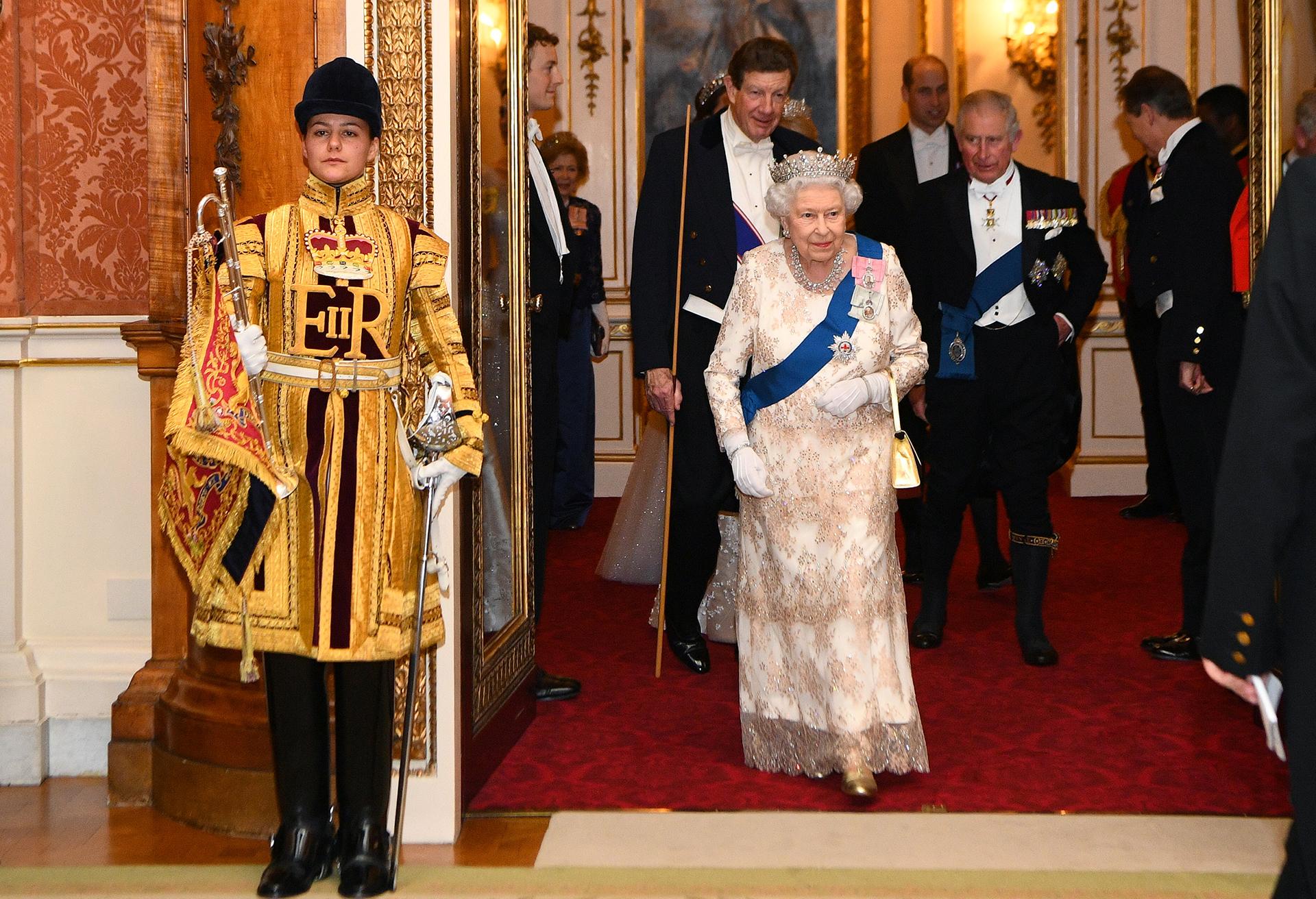 La monarca camina junto a su hijo para participar de la recepción diplomática
