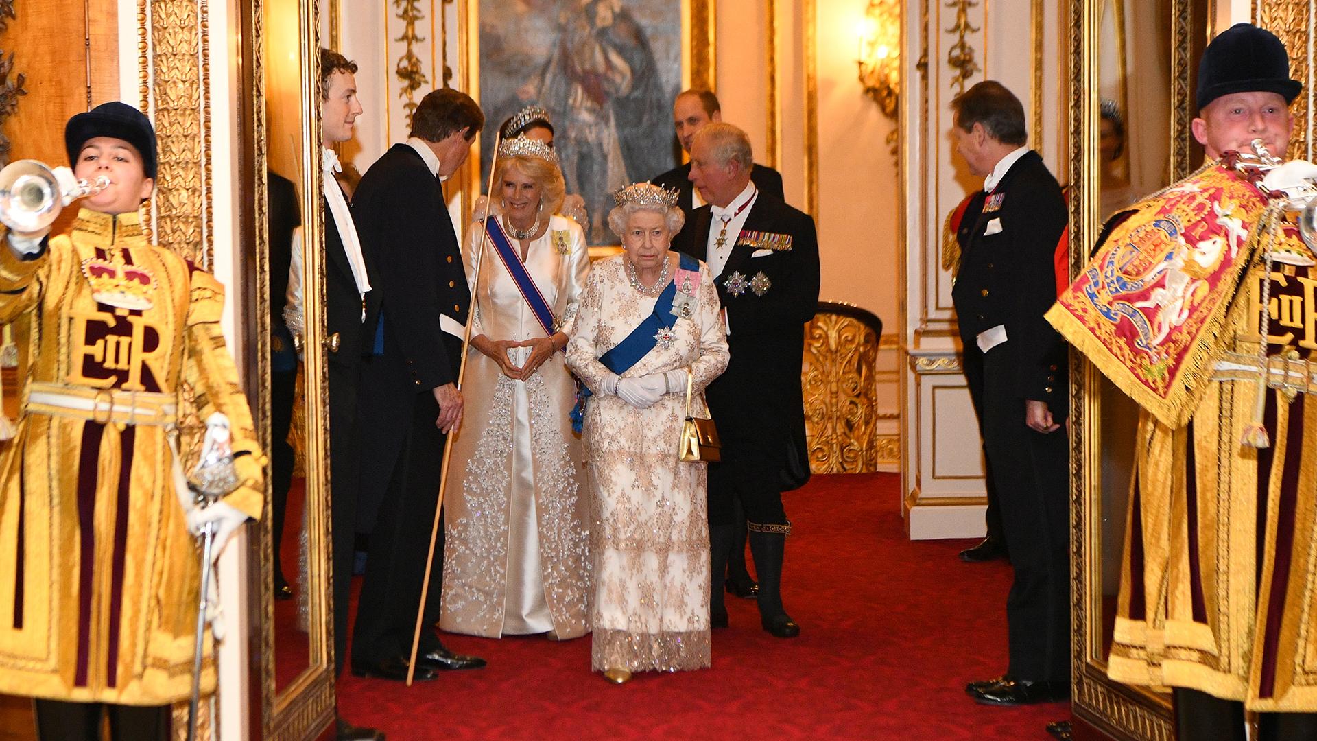 La reina Isabel camina junto a su hijo, el príncipe Carlos, y su mujer Camila, duquesa de Cornwall