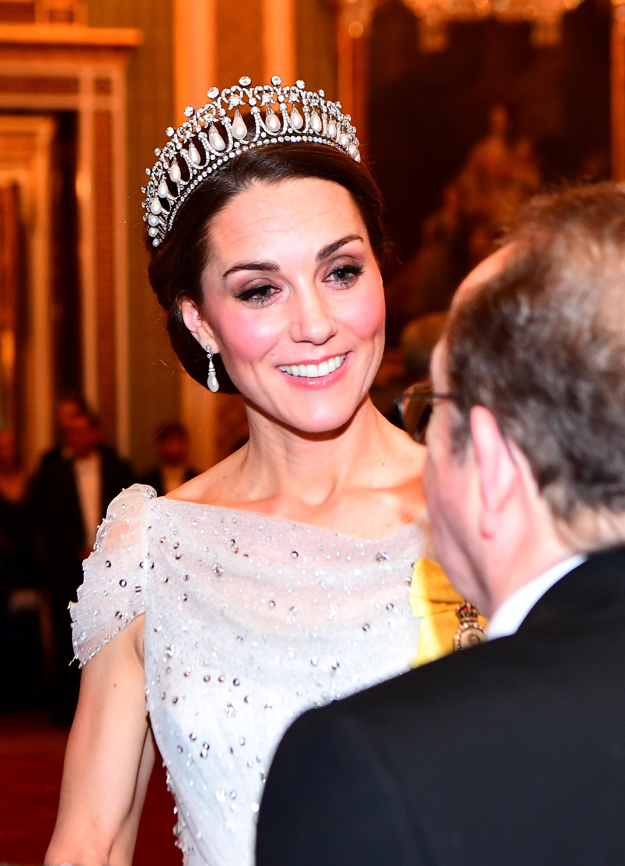 Su tiara y sus joyas haciendo juego eran impactantes