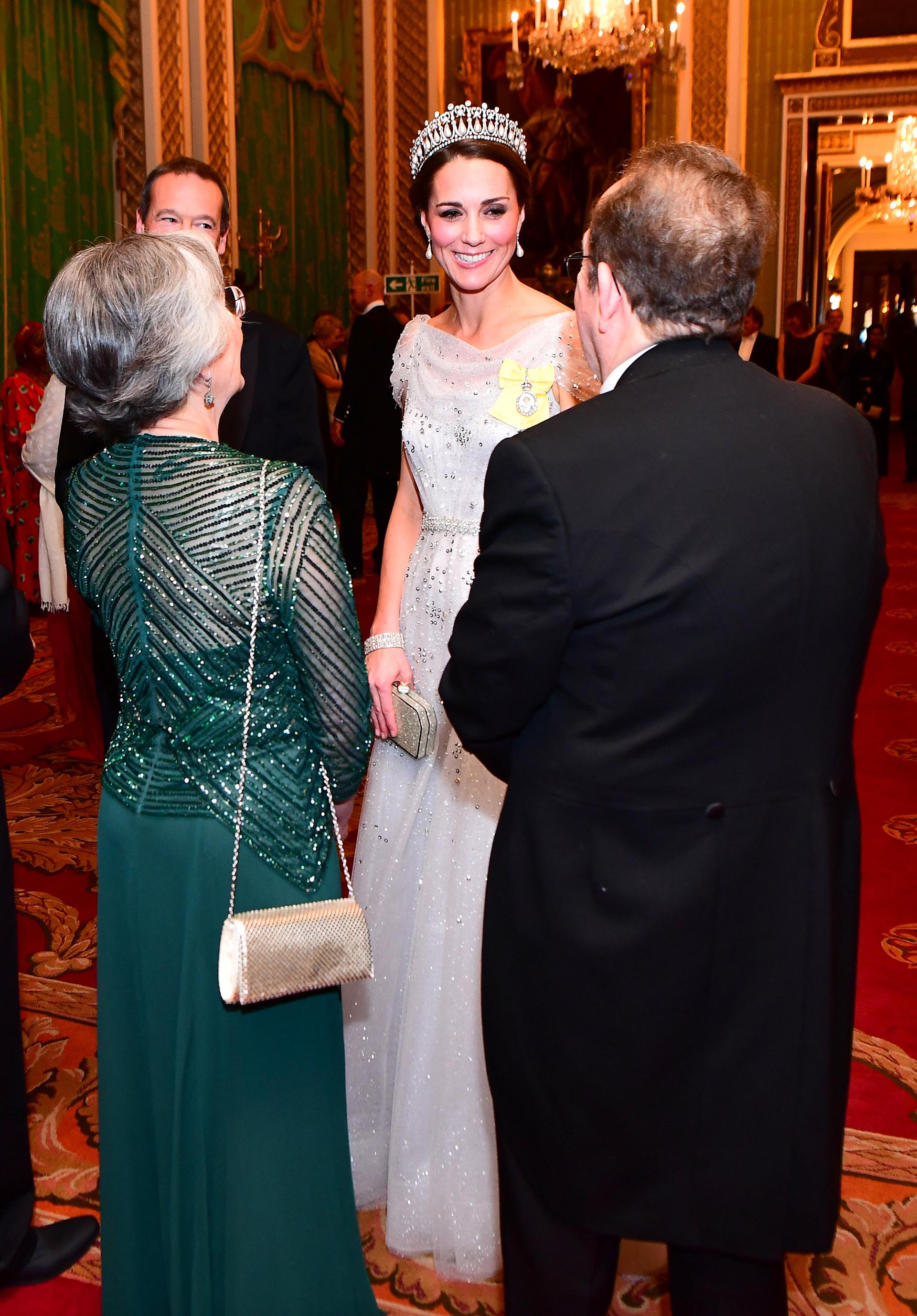 Catalina lució su esbelta figura con un impactante vestido color hielo, con delicados brillos