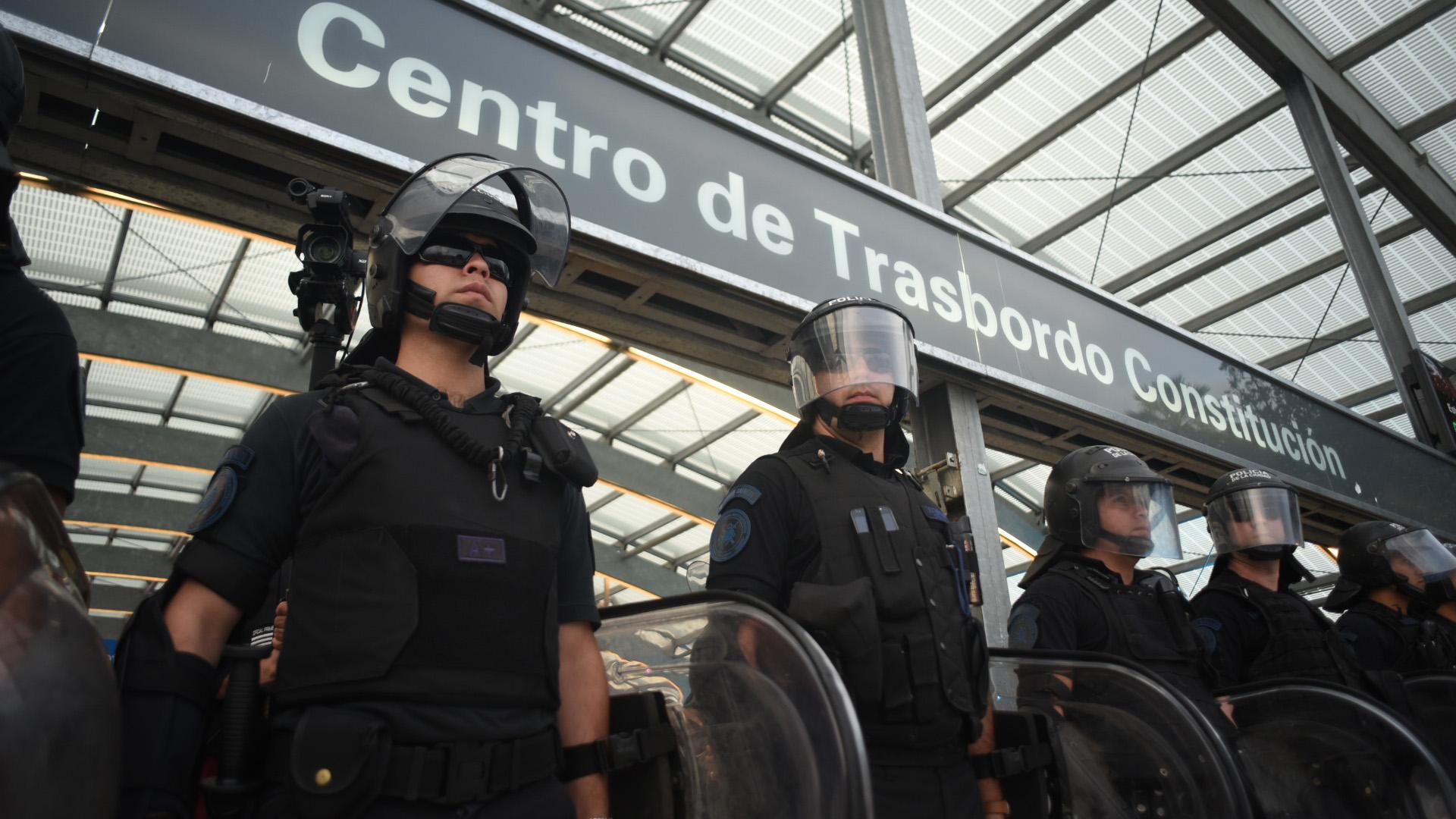 La tensión entre manifestantes y policías se trasladó al subte en el atardecer