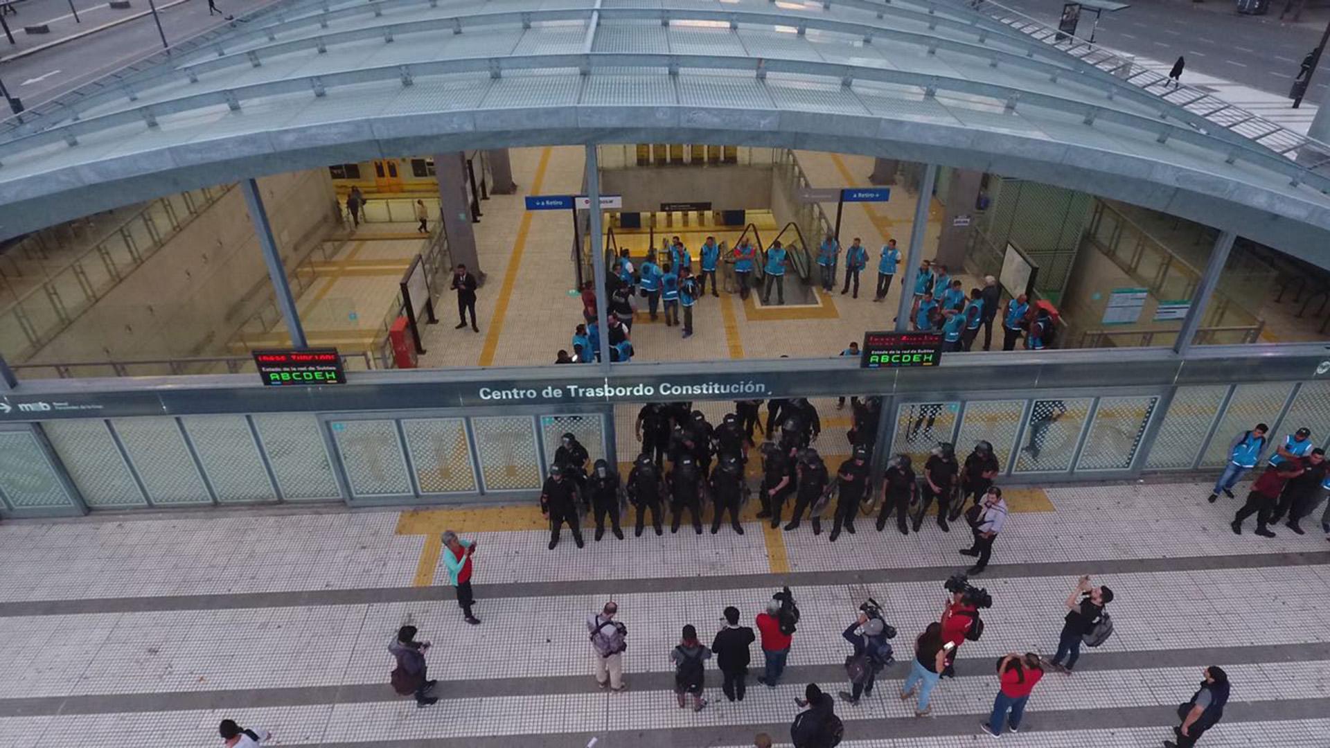 La Policía de la Ciudad cerró el ingreso a la estación de subte