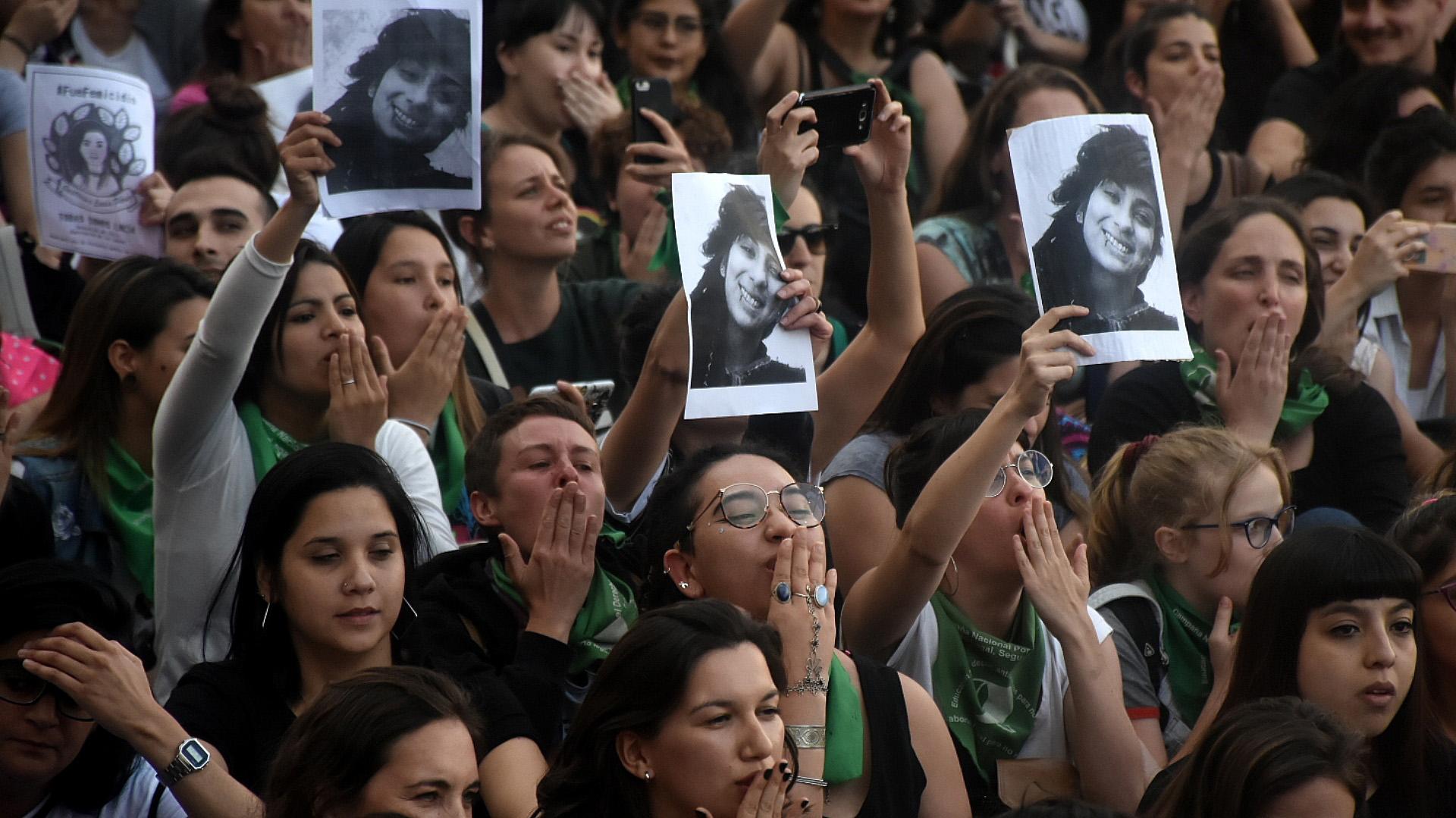 """El público, en su mayoría mujeres jóvenes, pidió justicia y calificó al fallo del caso como """"vergonzoso"""" (Fotos Nicolás Stulberg)"""
