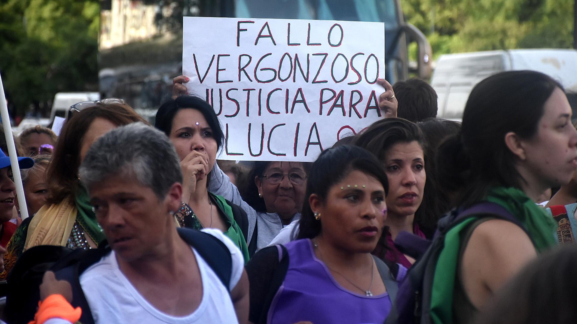 Desde las 17, un grupo de manifestantes se reunió en los Tribunales porteños para pedir justicia por Lucía Pérez