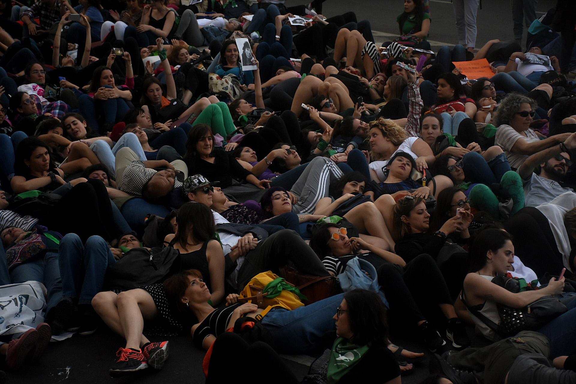 Un grupo de manifestantes se tiró al suelo para representar la muerte de la joven marplatense