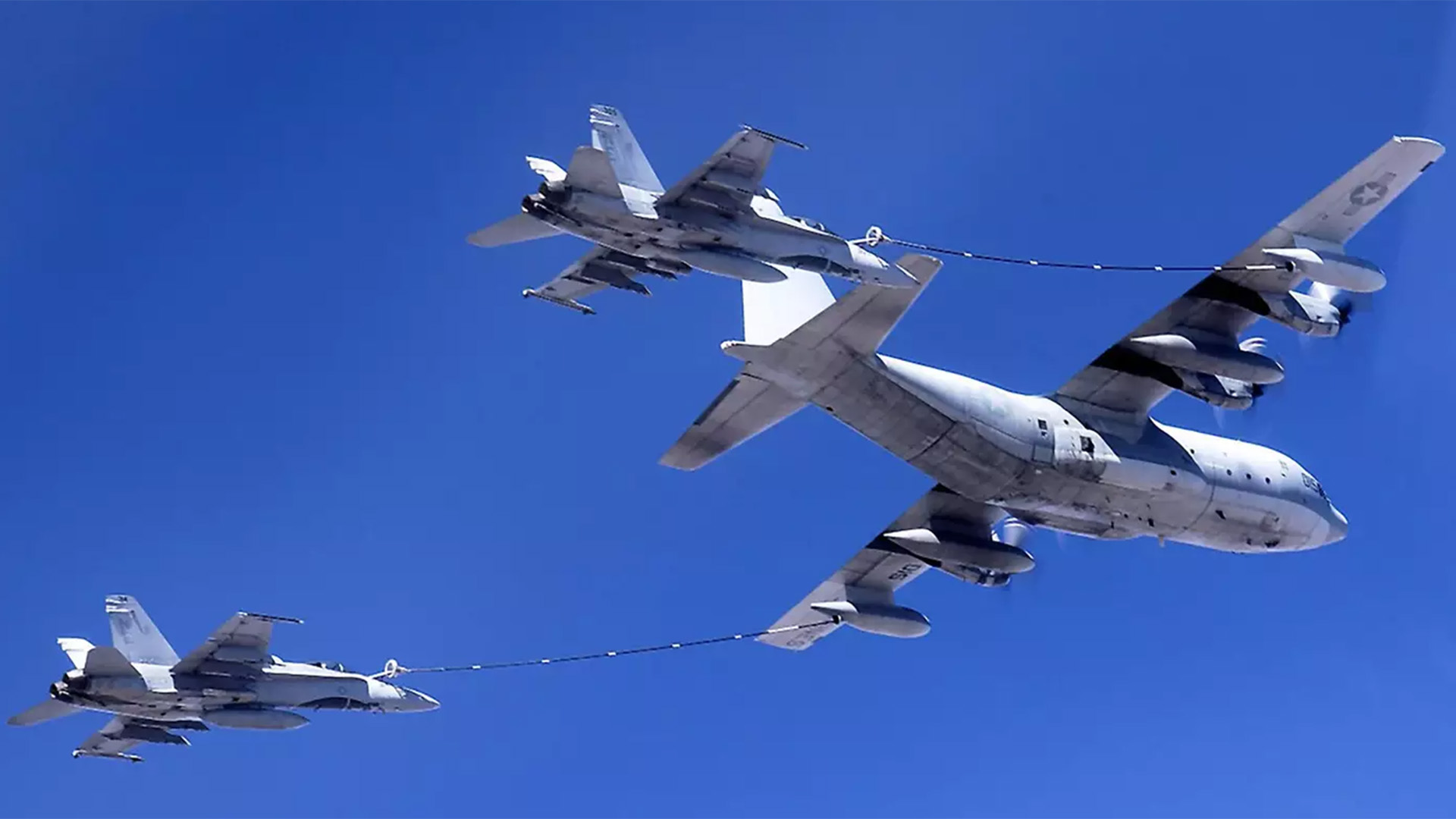 Dos aviones de combate estadounidenses cargan gasolina en el aire.