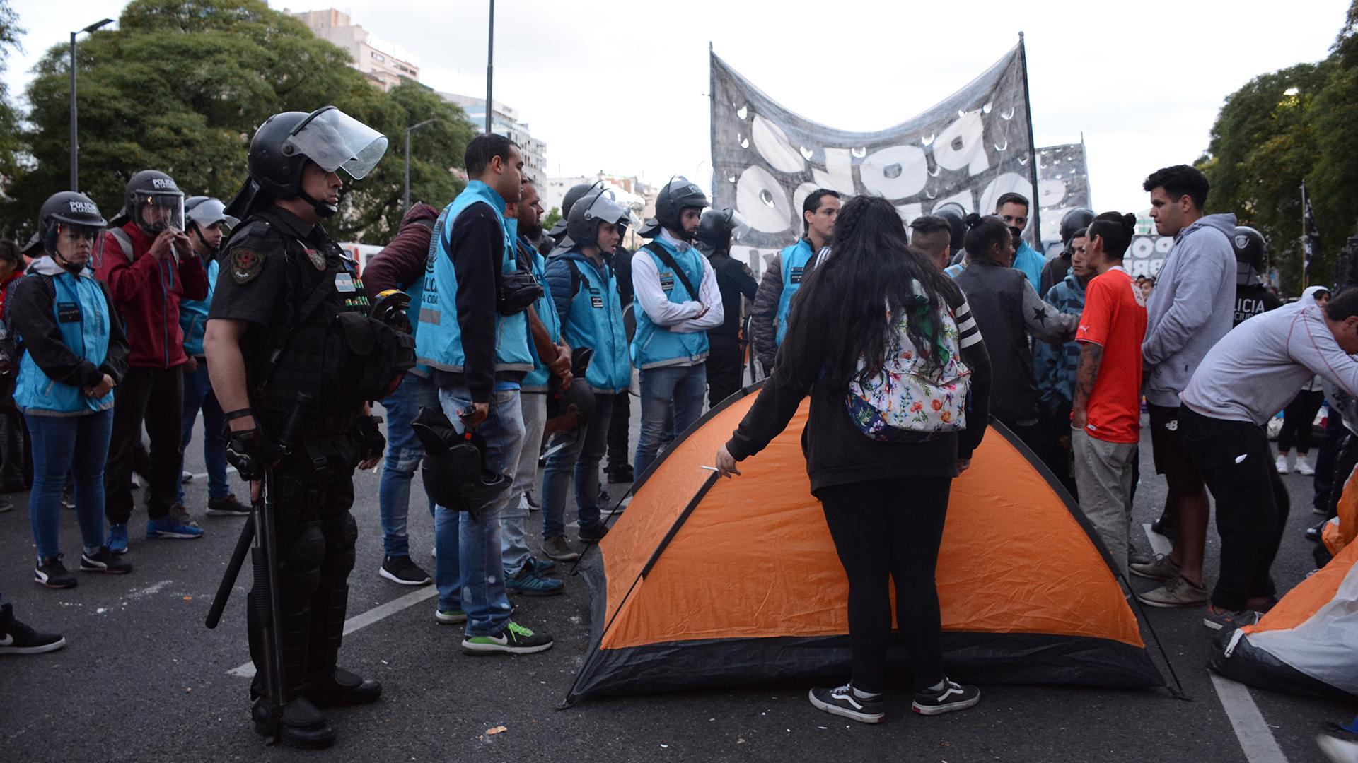 Algunos de los manifestantes que pudieron instalar sus carpas frente al Ministerio (Franco Fafasuli)
