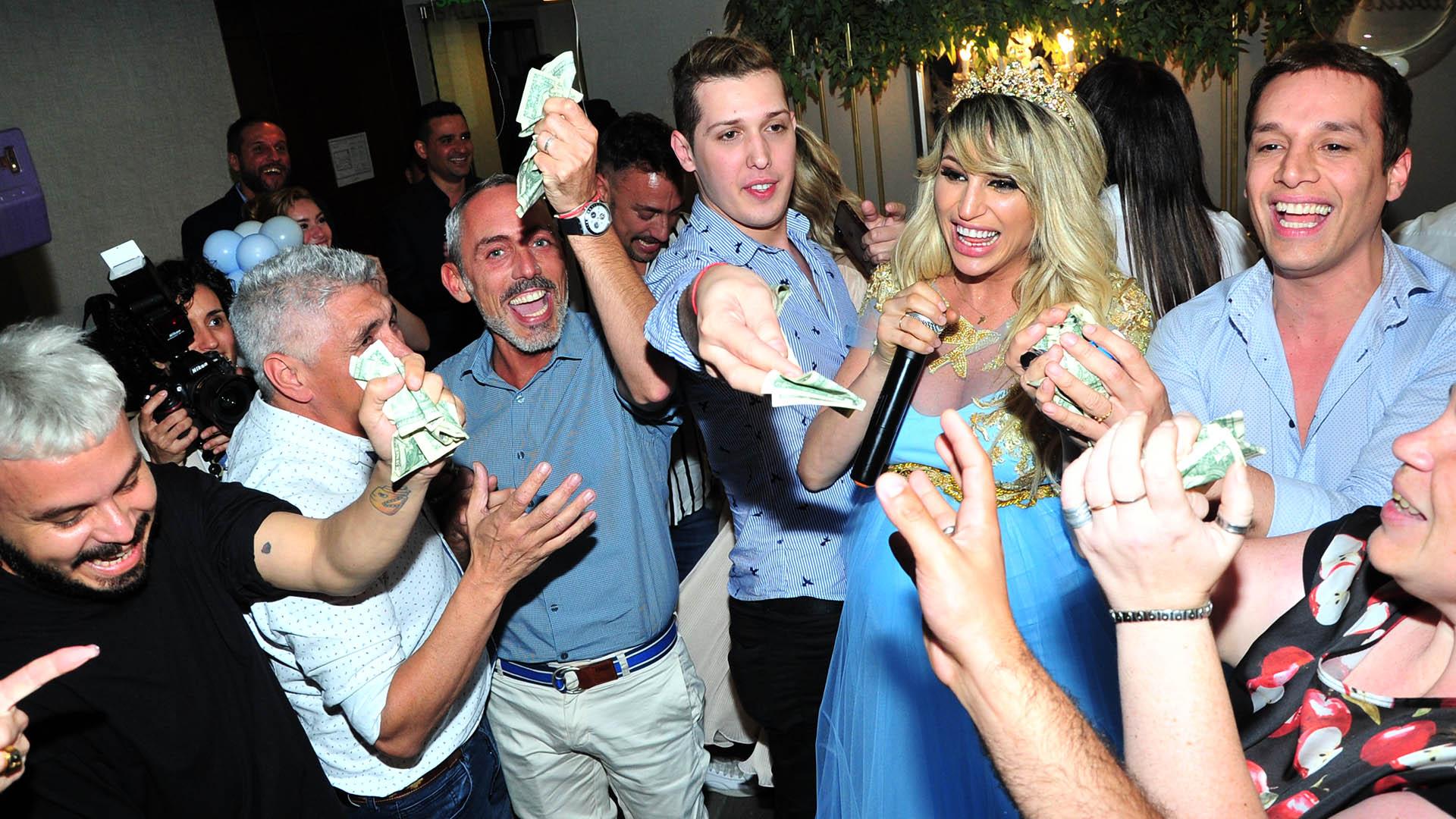 Vicky Xipolitakis regaló dólares a sus invitados en la celebración de su baby shower (Teleshow)