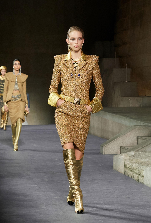 El diseñador presentó una genial, moderna y sutil interpretación del encanto de Chanel con un templo egipcio como pasarela.