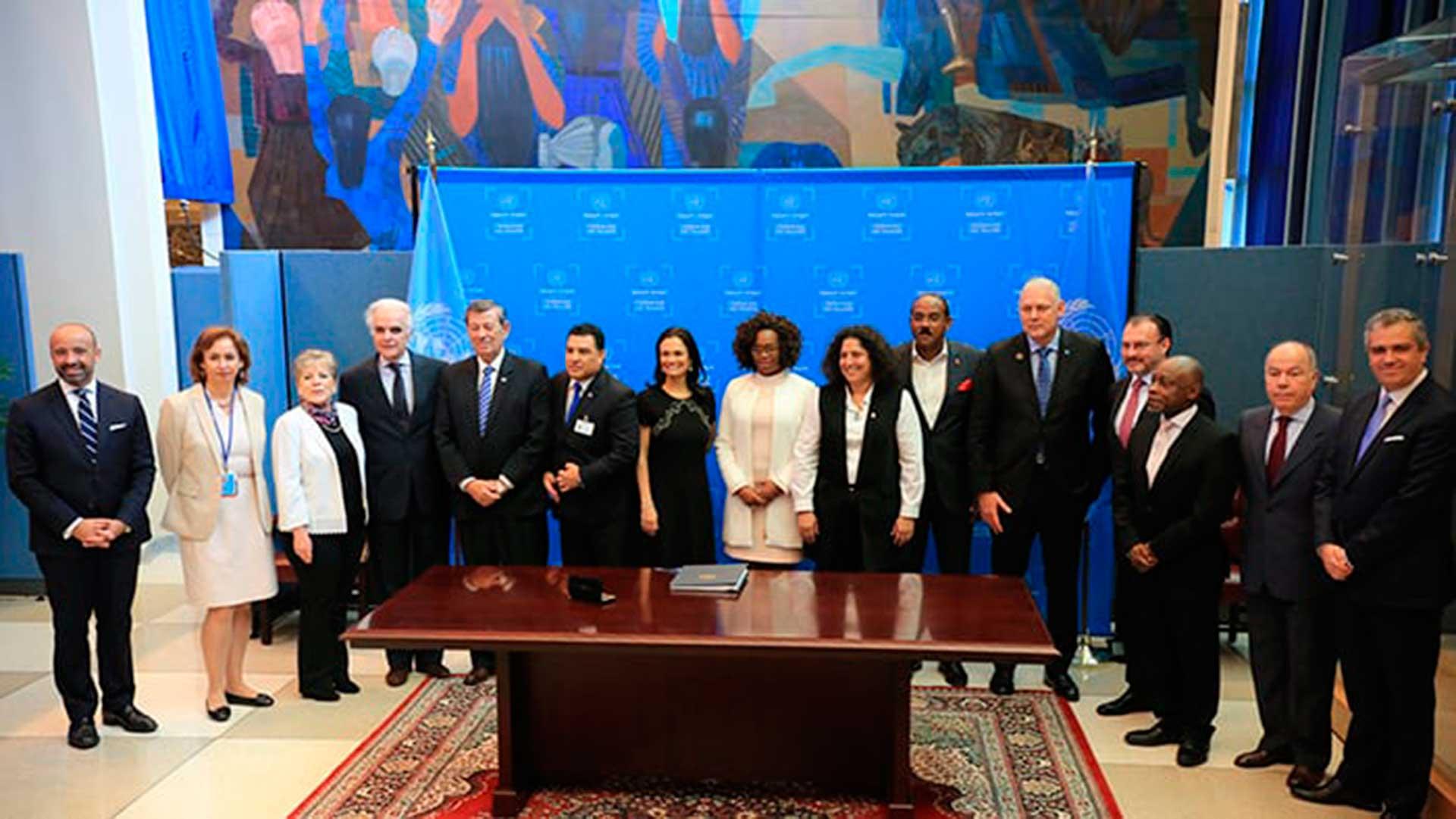 La firma del acuerdo, en Escazú, Costa Rica. Foto: Archivo DEF.