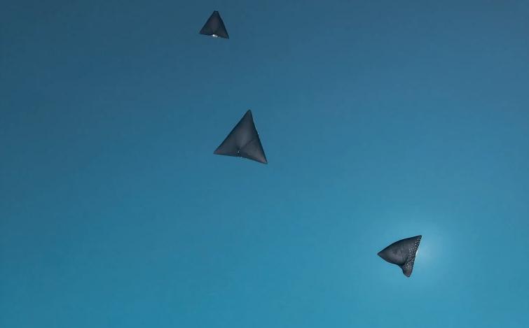 """La instalación """"Albedo"""" eleva en el aire estructuras similares a cometas sin combustibles fósiles. (Tomás Saraceno/Audemars Piguet)"""
