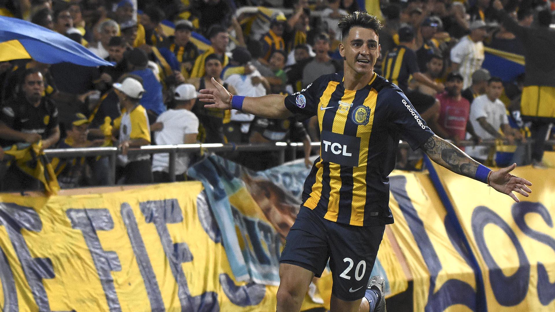 Fernando Zampedri festeja luego de convertir el primer gol para Rosario Central que enfrentó a Gimnasia y Esgrima La Plata, por la final de la Copa Argentina.