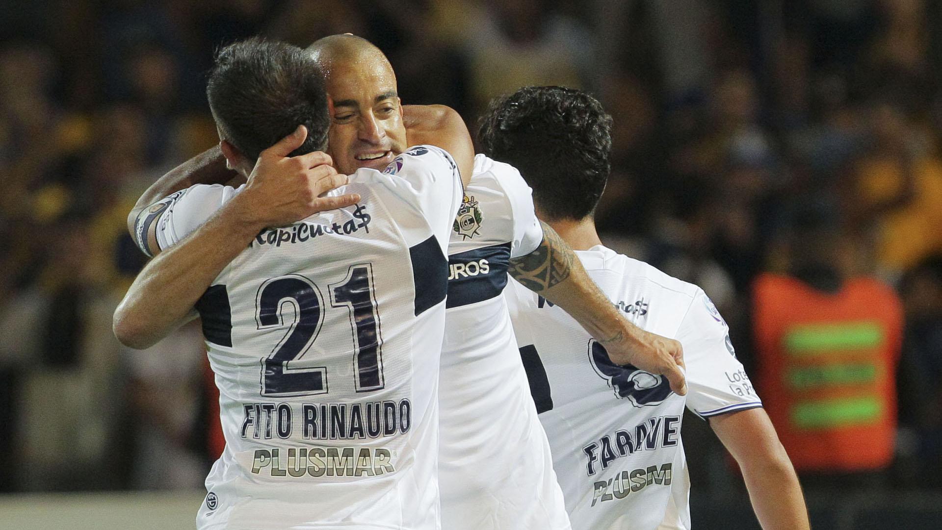 Jugadores de Gimnasia y Esgrima festejan el gol convertido por Lorenzo Faravelli durante el encuentro disputado frente a Rosario Central, por la final de la Copa Argentina