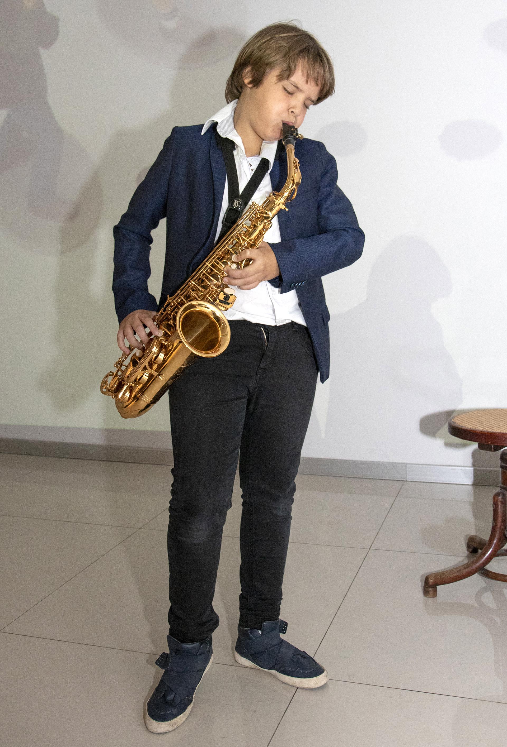 Lorenzo Pettinato sorprendió a los invitados tocando el saxo con un gran talento