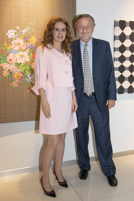 Karian El Azem y Cristiano Rattazzi. La artista expone obras en pintura acrílica sobre tela, impresiones digitales, utiliza materiales bélicos, cuentas de vidrio y mostacillas