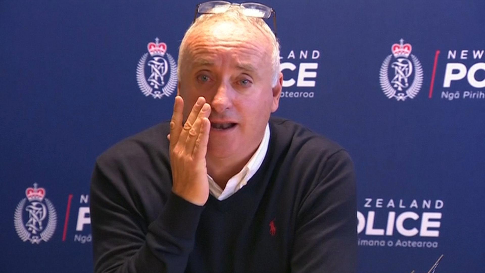 David Millane, de 60 años, viajó a Nueva Zelanda para estar cerca de los investigadores. Lloró ante la prensa pidiendo ayuda para encontrar a su hija (AP)