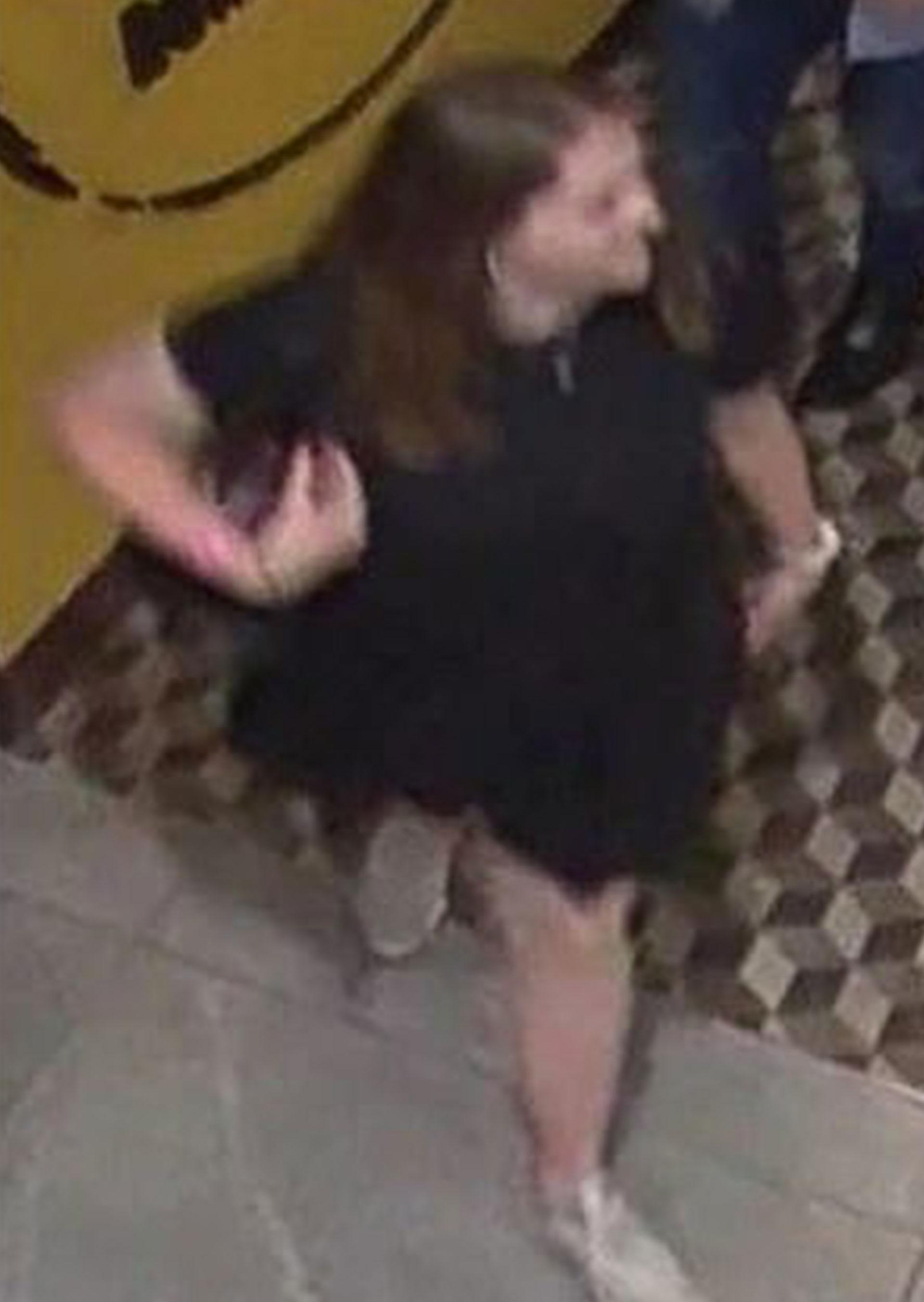 Esta es la última fotografía de Grace Millane capturada por una cámara de seguridad en Sky City en Auckland, el pasado sábado 1 de diciembre