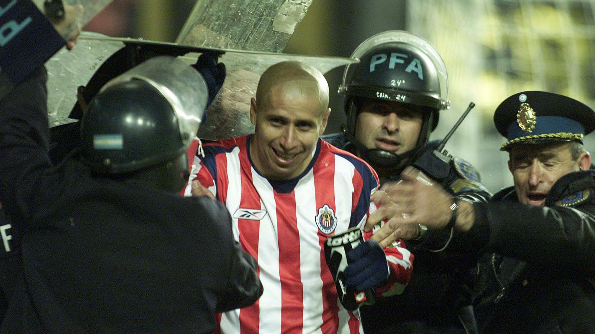 La Policía debió escoltar a Bofo Bautista para retirarse del campo de juego de La Bombonera (Fotobaires)