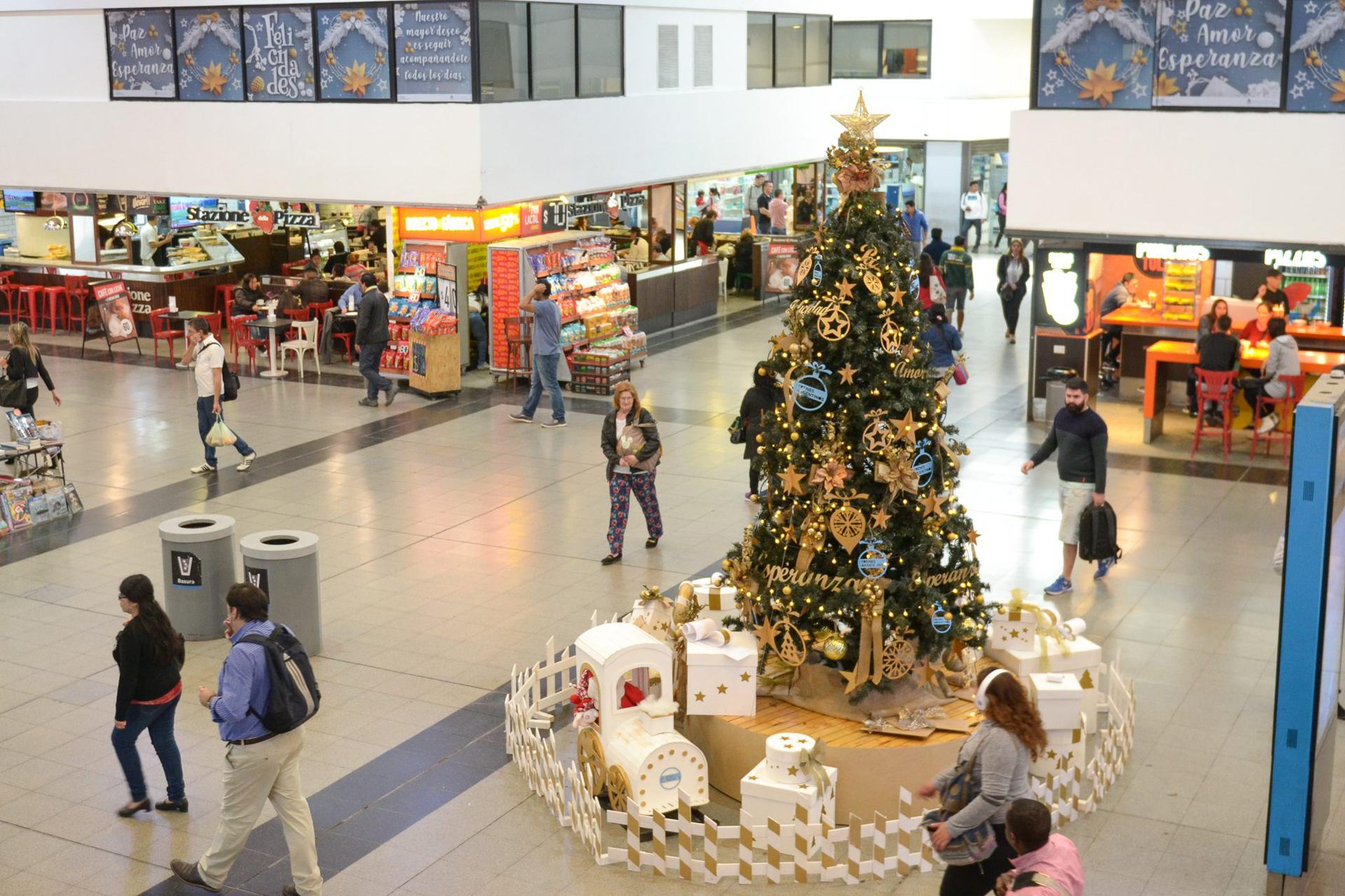 Seis metros, así es el árbol navideño de la estación de Once