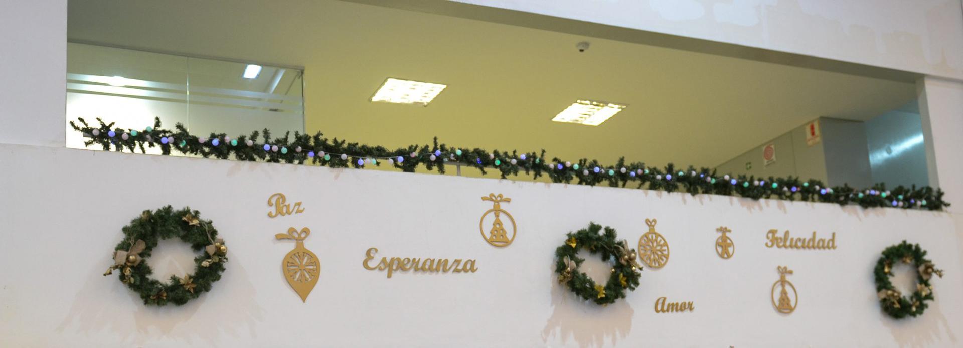 Las paredes de las estaciones también están decoradas