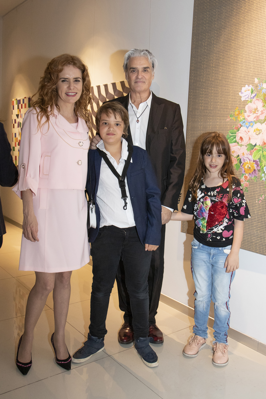 """Karina El Azem durante la presentación de su muestra """"Amor Infiniti"""", acompañada por sus hijos Lorenzo y Esmeralda Pettinato, y por Roberto Pettinato"""