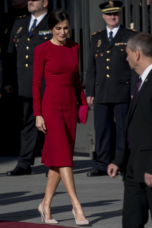 Una vez más, Letizia impactó con su estilo y glamour, esta vez enfundada en un ajustado vestido colorado e stilettos nude