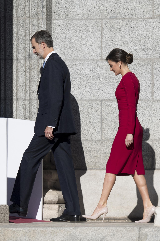 El impactante estilismo de Letizia, quien camina detrás de su marido