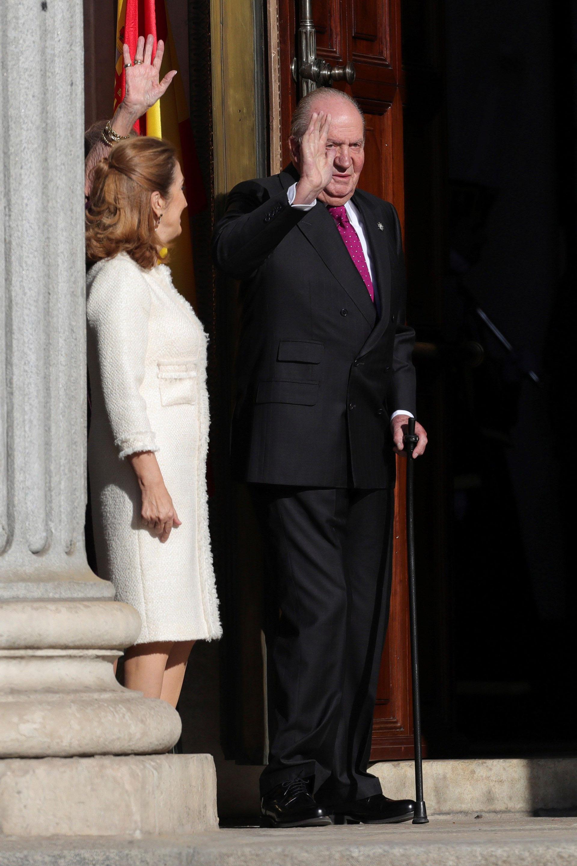 El rey emérito Juan Carlos I y la presidente del congreso, Ana Pastor, en el exterior del Congreso, donde ocurrió la celebración