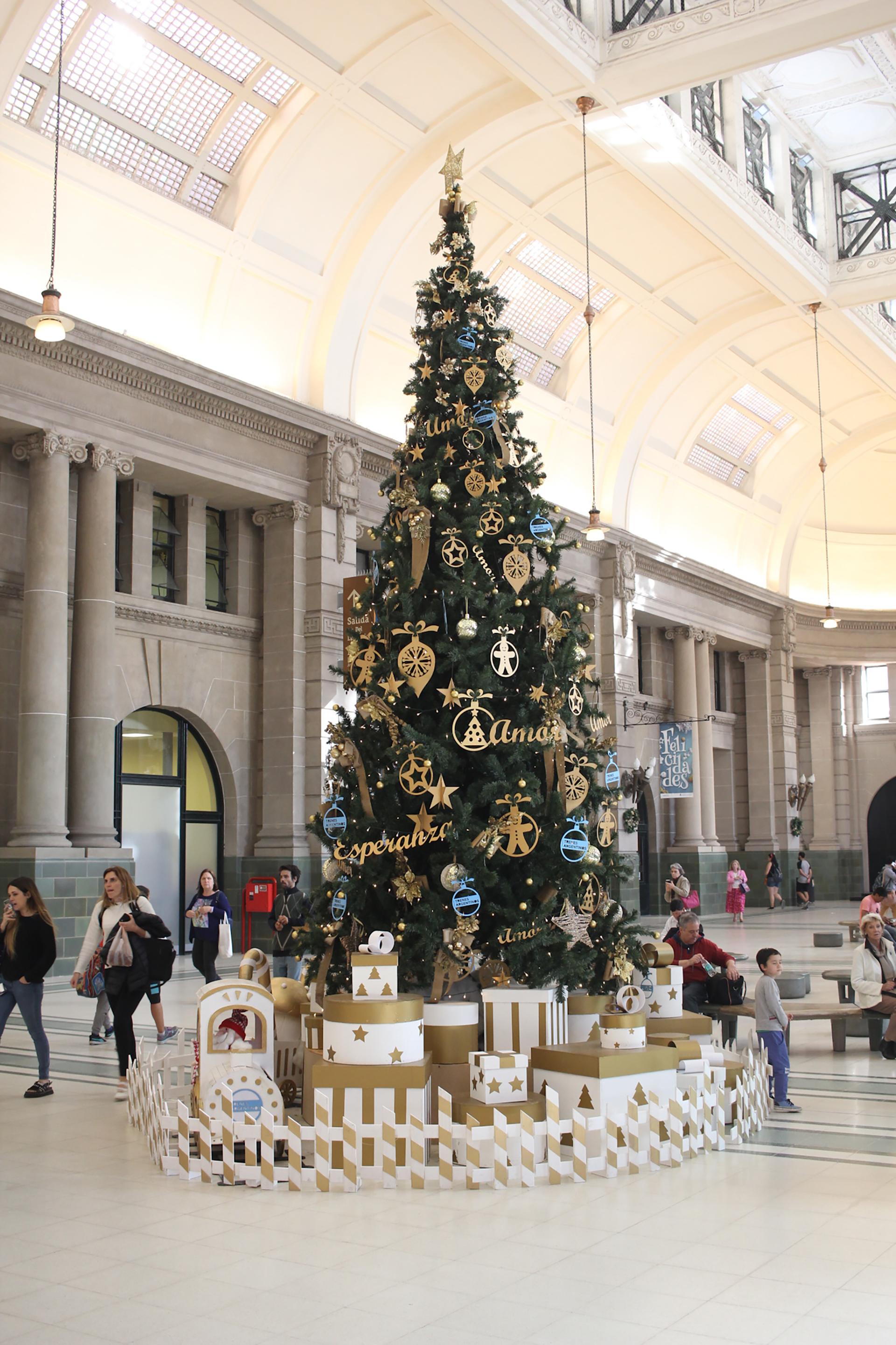 RETIRO, BUENOS AIRES. El árbol de Navidad de 8 metros de altura ubicado en la estación de subte de Retiro. Con adornos de la temática en celeste y dorado, los creadores fueron Trenes Argentinos