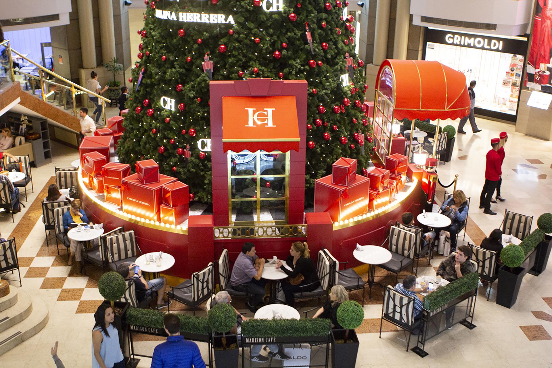 Desde la entrada del shopping por Florida ya se ve a lo lejos el enorme árbol del Galerías Pacífico by Carolina Herrera