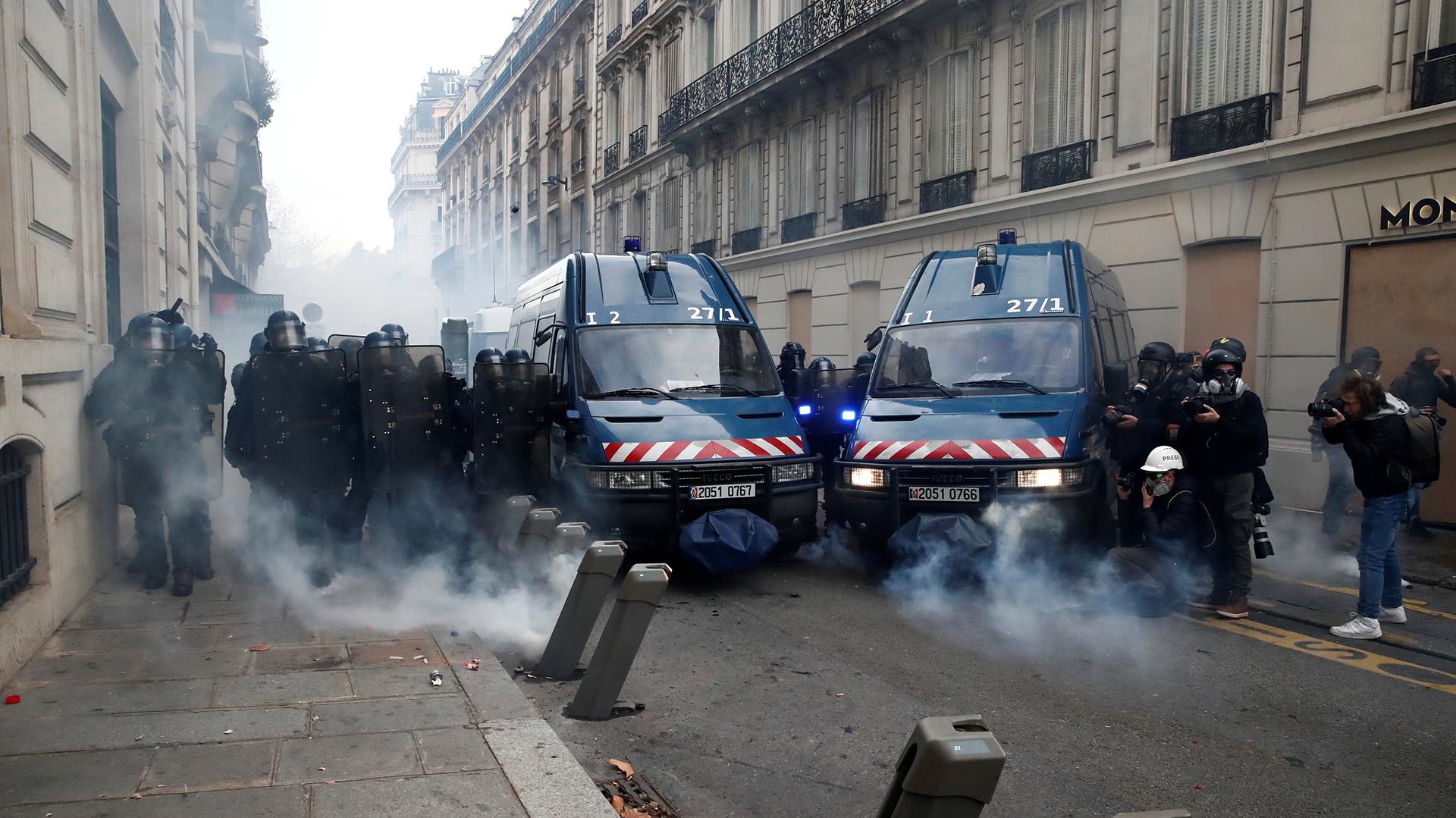 Esta ola de manifestaciones comenzó el 17 de noviembre en oposición a un aumento de los impuestos a los combustibles, pero en las últimas semanas se ha convertido en una protesta generalizada contra la política económica y social del gobierno (REUTERS/Christian Hartmann)
