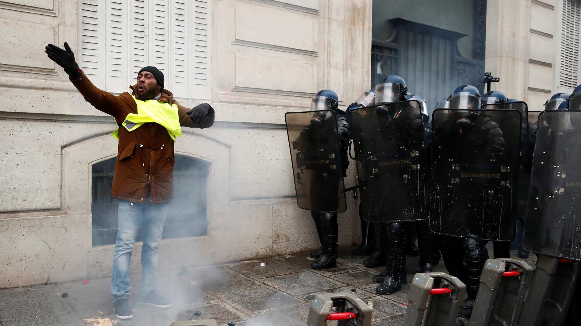 En algunas regiones de Francia, las autoridades prohibieron las manifestaciones, así como la venta y transporte de gasolina, los artificios pirotécnicos y productos inflamables o químicos (REUTERS/Christian Hartmann)