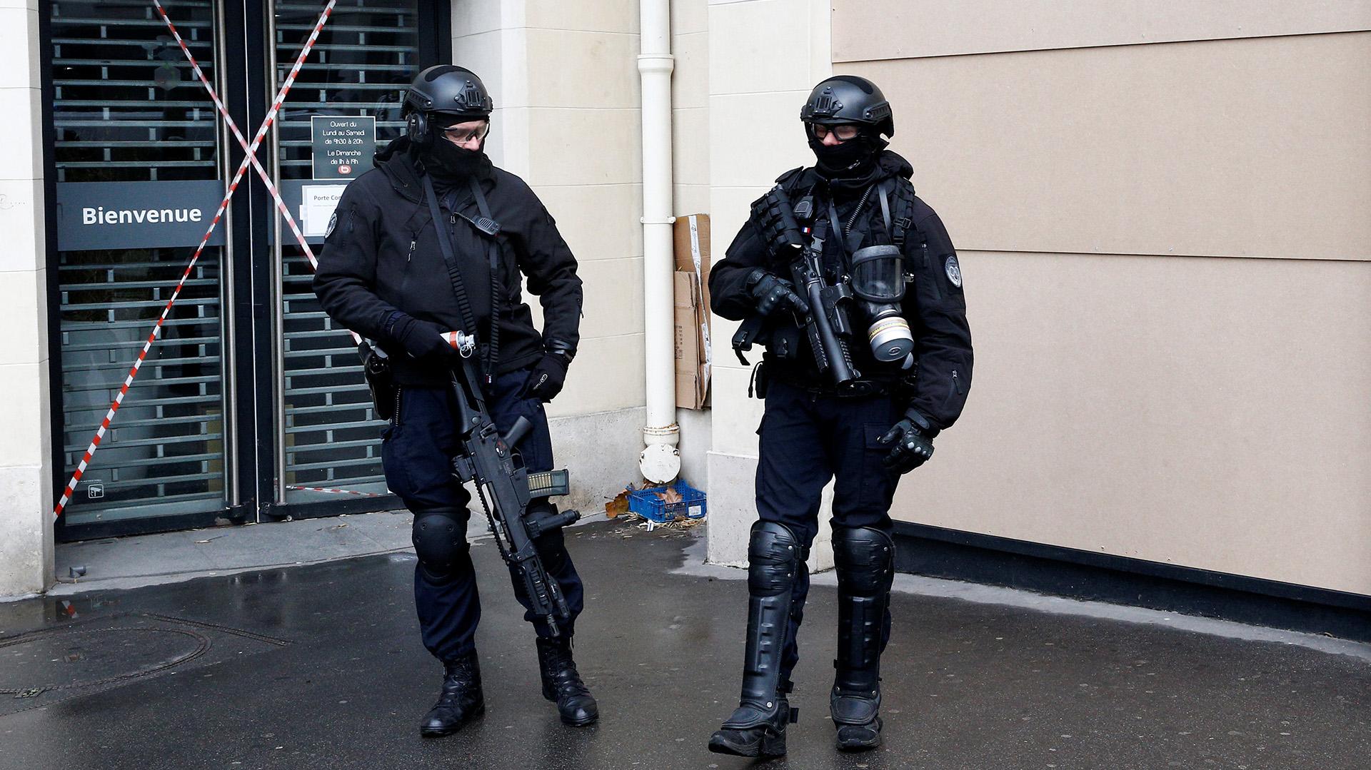 Por primera vez en más de una década, se vieron en la capital vehículos blindados de la gendarmería (REUTERS/Stephane Mahe)
