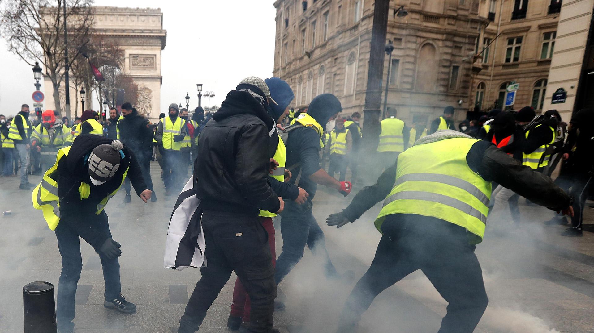 Hasta el momento, 700 personas han sido detenidas en París (EFE/EPA/IAN LANGSDON)