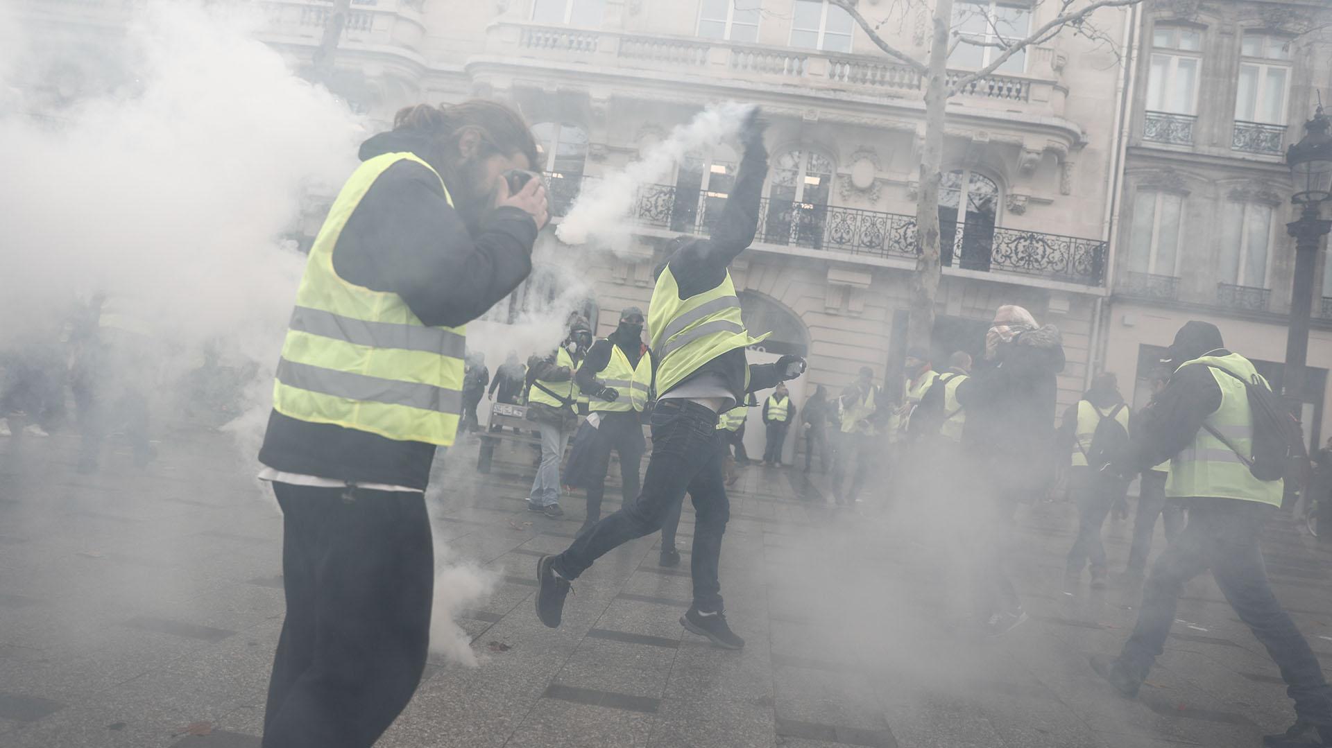 """Escaramuzas entre manifestantes y policías estallaron este sábado durante protestas de los """"chalecos amarillos"""" en París y varias carreteras estaban bloqueadas en provincias en una nueva jornada de movilización nacional contra la política del gobierno de Emmanuel Macron (AFP)"""