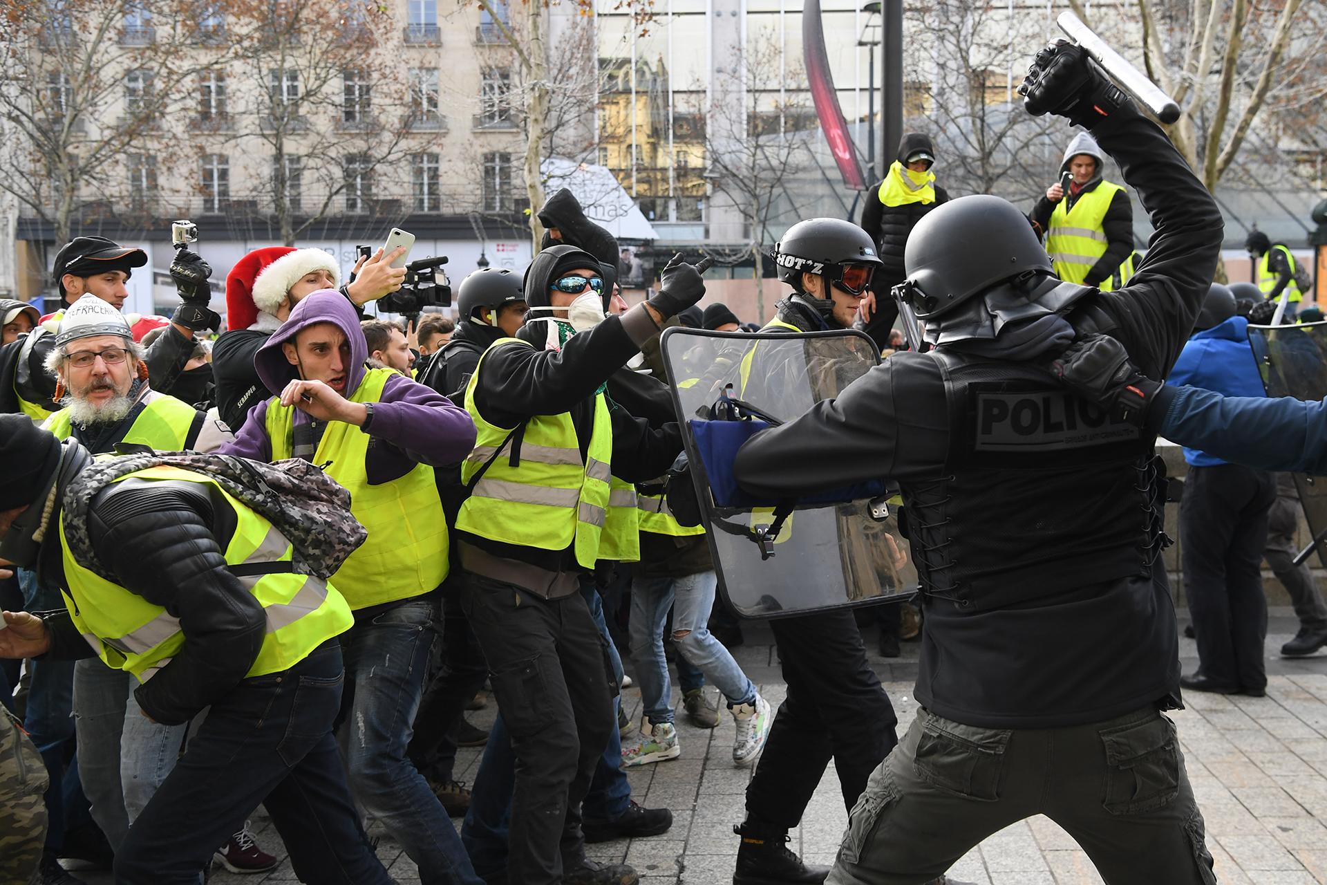 """Las protestas de los """"chalecos amarillos"""" del 8 de diciembre en París terminaron con al menos 118 heridos y un millar de detenidos"""