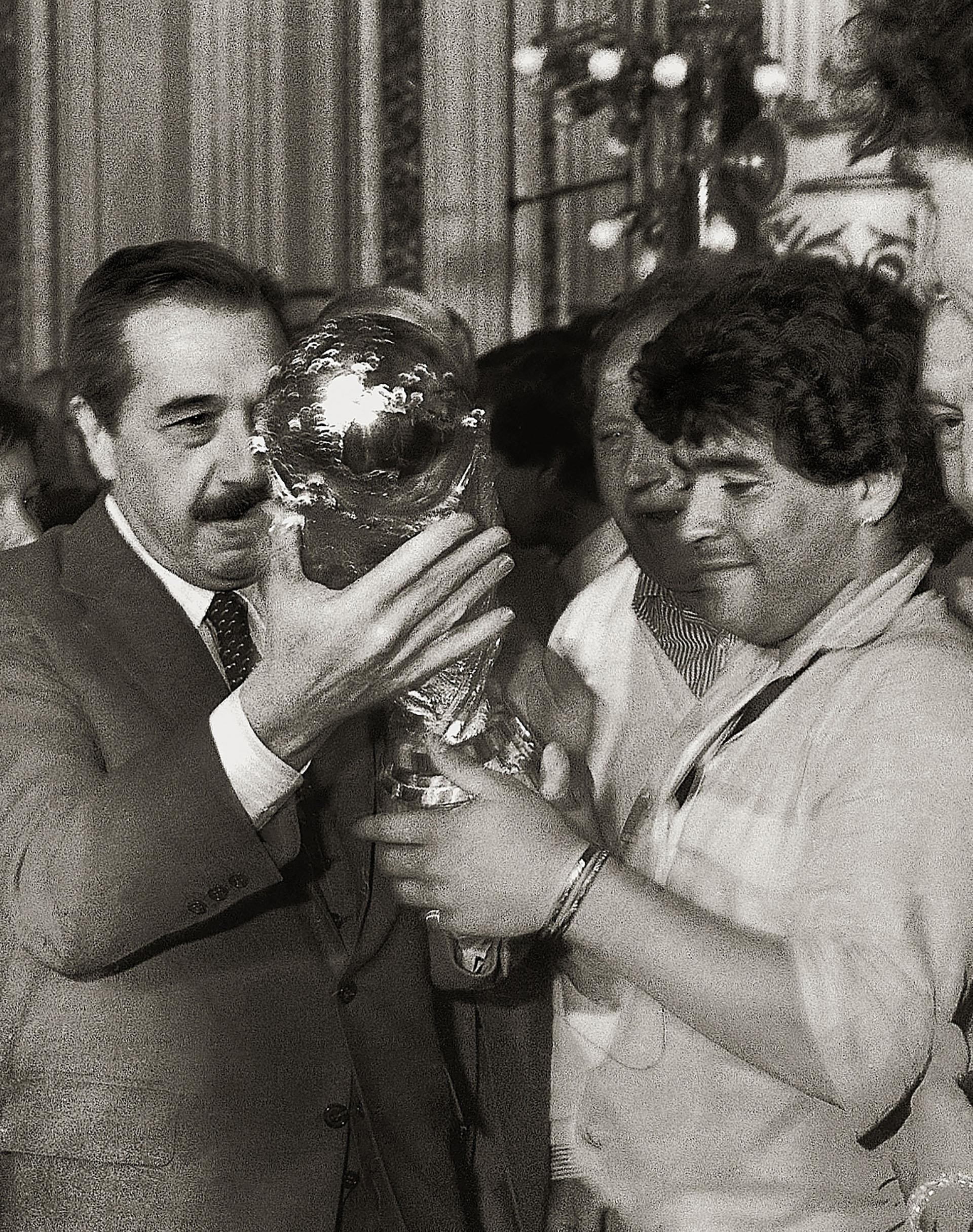 Raúl Alfonsín y Diego Maradona con la Copa del Mundo