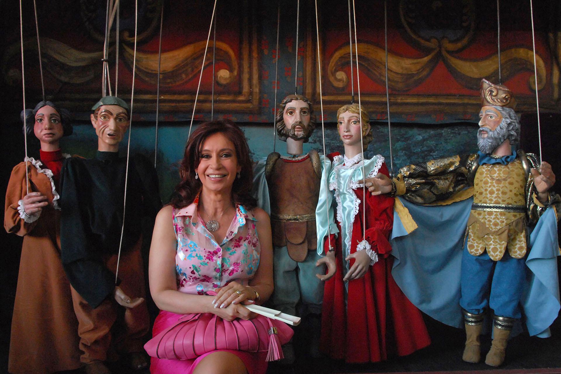 CFK posa en el teatro de marionetas perteneciente a la Universidad de San Martín