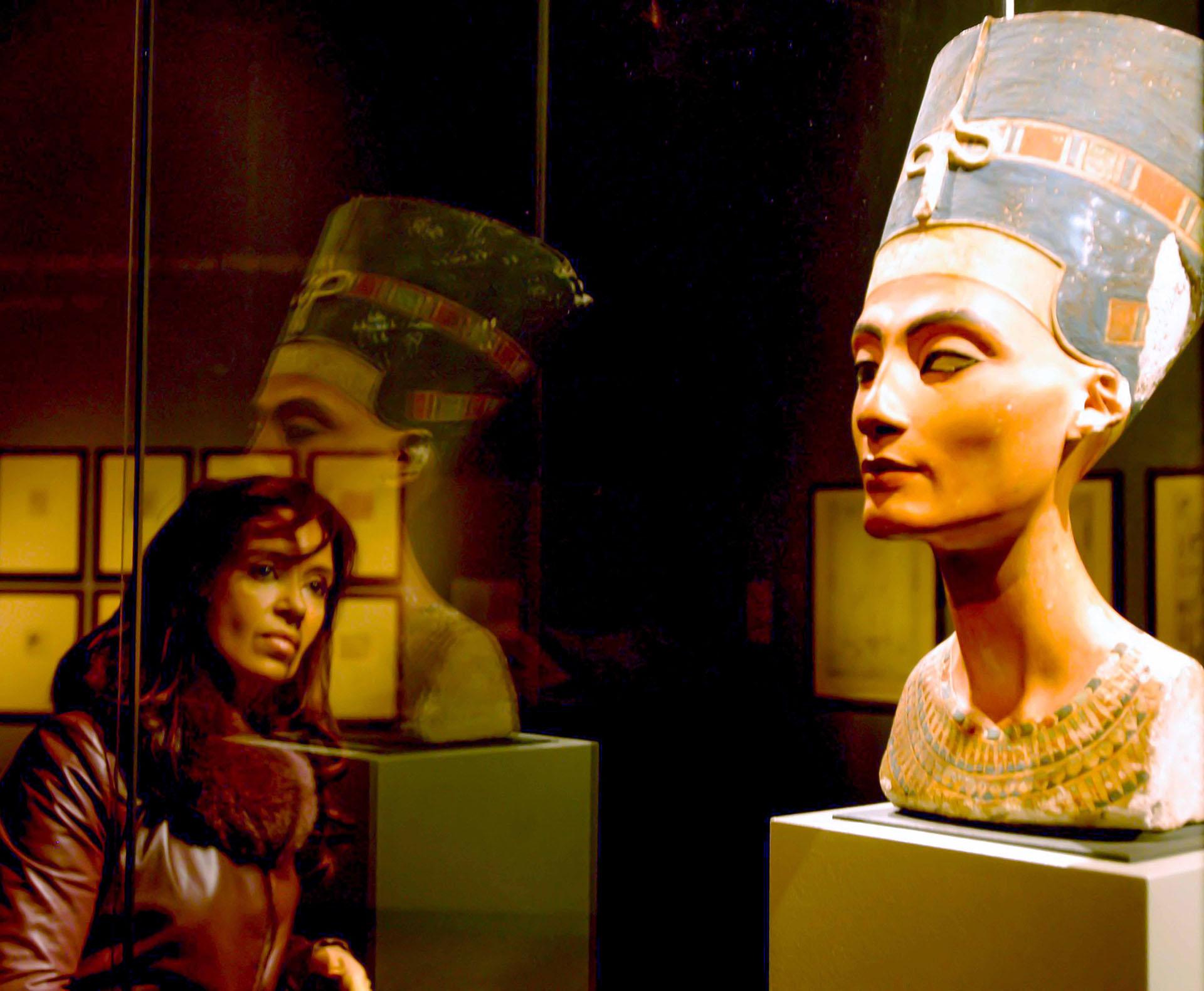 Cristina Kirchner observa el busco de Nefertiti