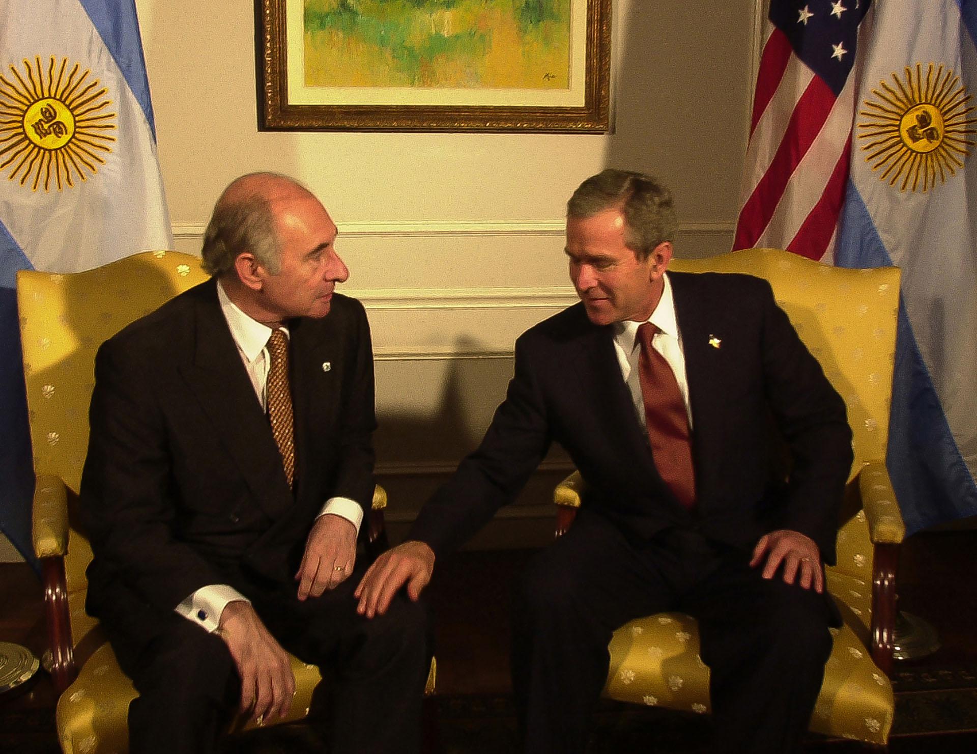 George Bush posa la mano sobre la rodilla de De la Rúa