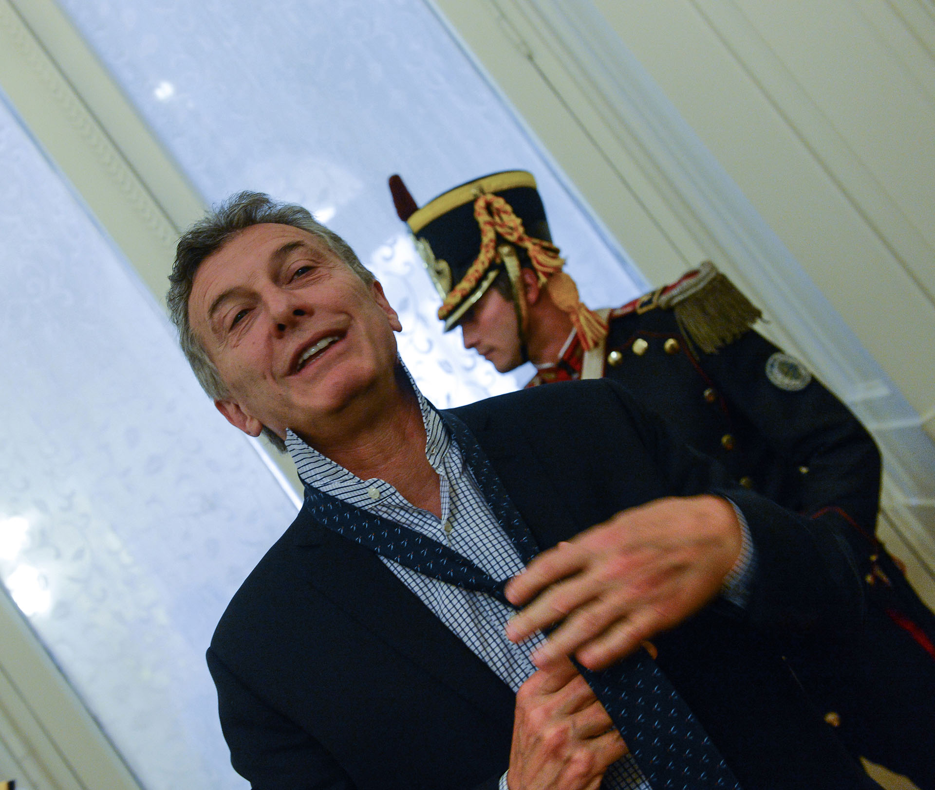 Mauricio Macri anuda su corbata