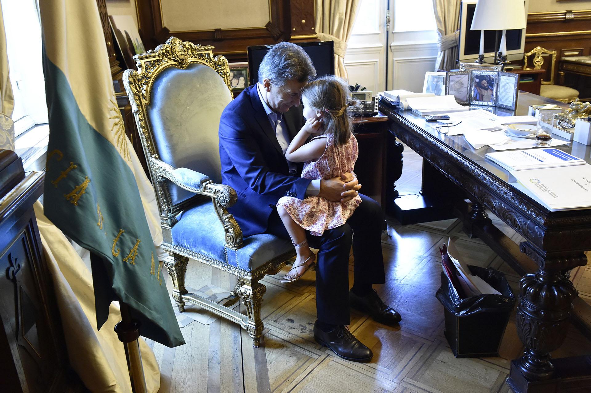 Mauricio Macri con su hija Antonia en el despacho
