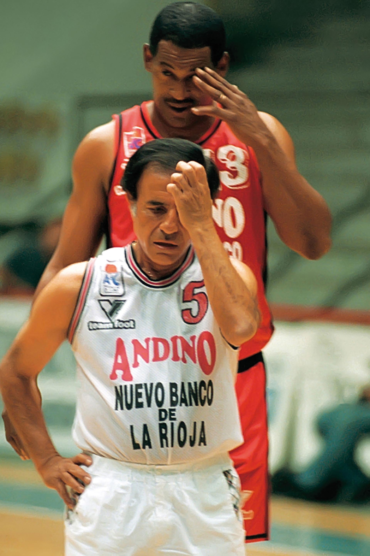 Carlos Menem juega al básquet