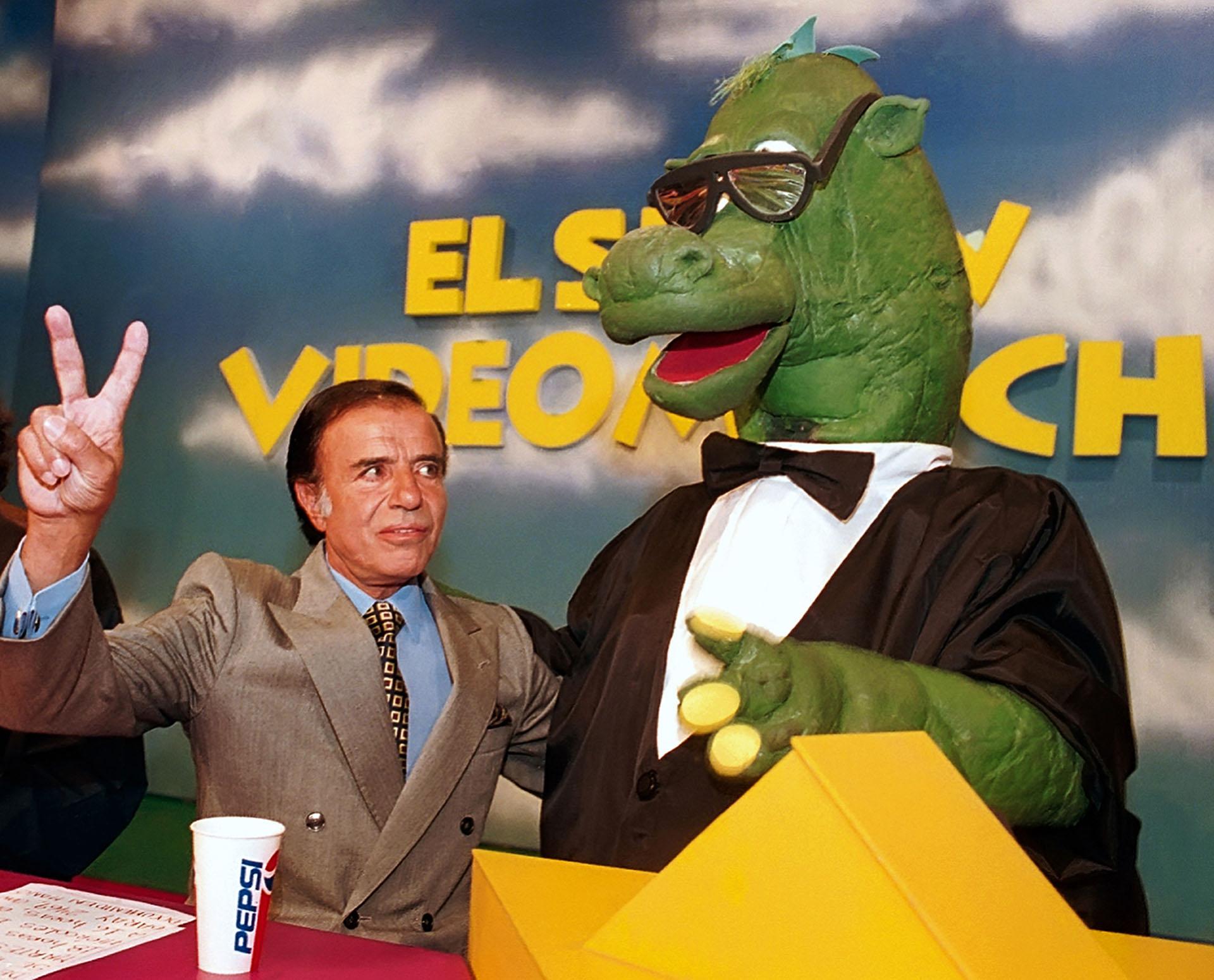 Menem junto al dinosaurio Bernardo en Videomatch