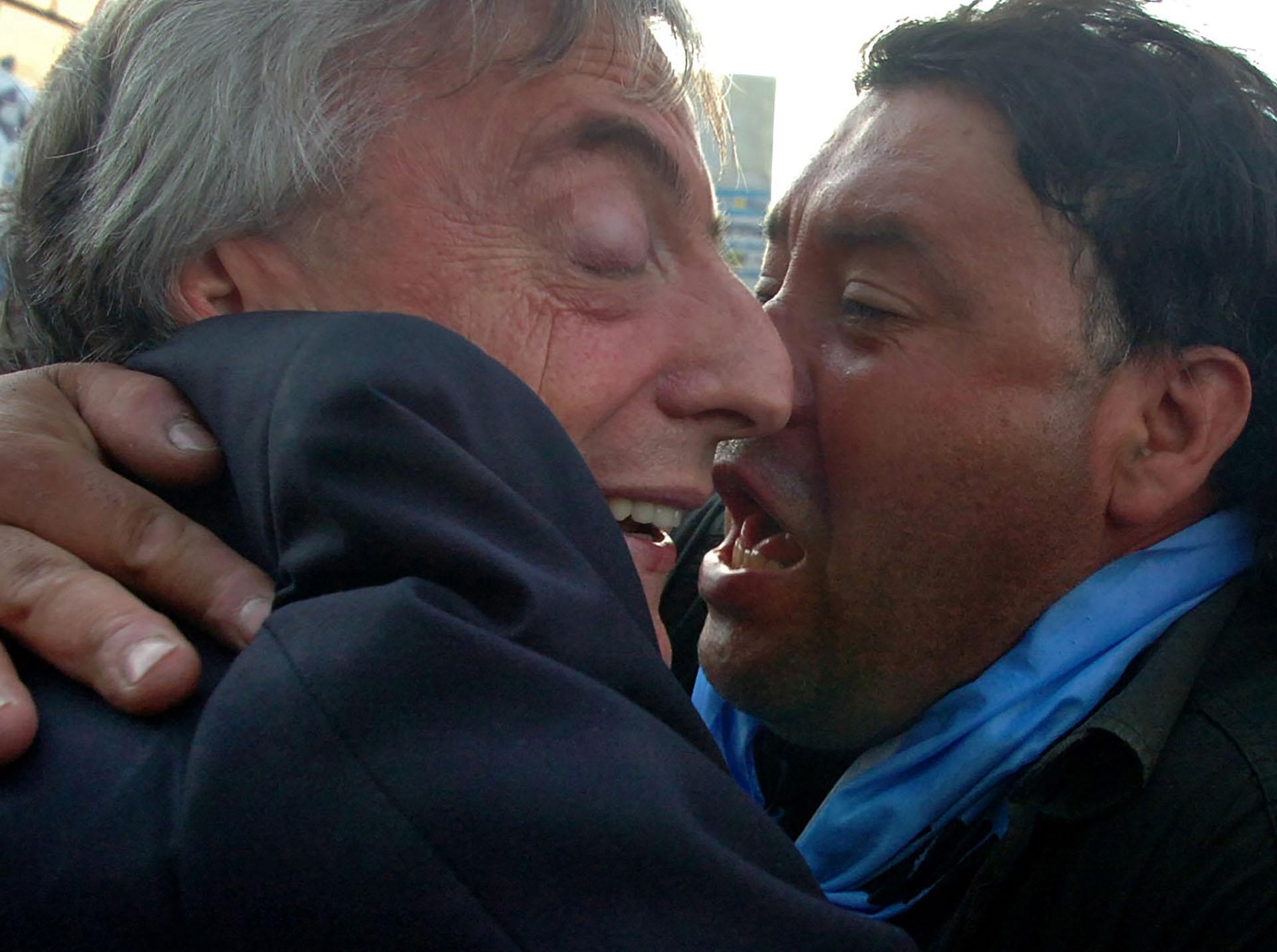 Néstor Kirchner recibe el abrazo de un seguidor
