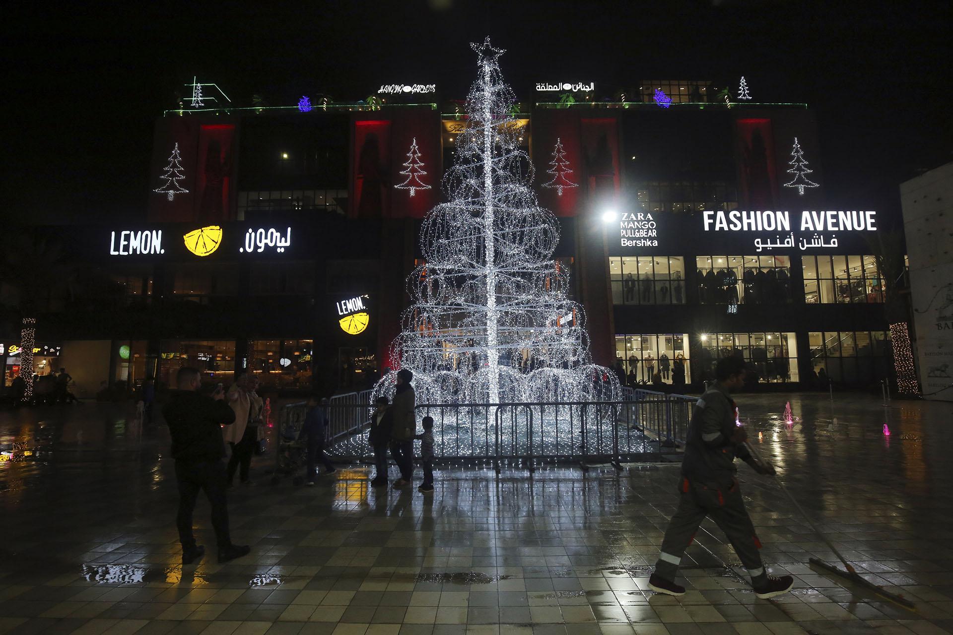BAGHDAD, IRAK. Convertida en fuente. Así es el árbol de Navidad de la puerta de un shopping de la capital