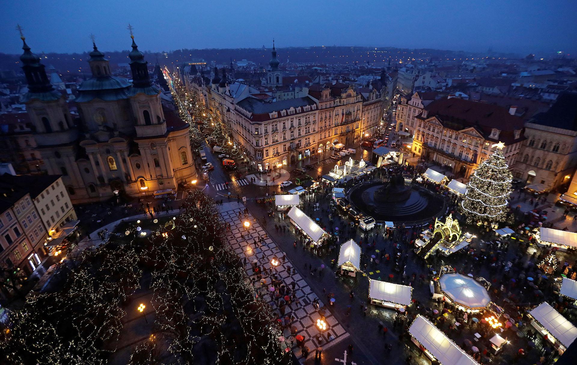 PRAGA, REPÚBLICA CHECA. En la Ciudad Vieja de Praga hay un enorme árbol iluminado con luces de colores