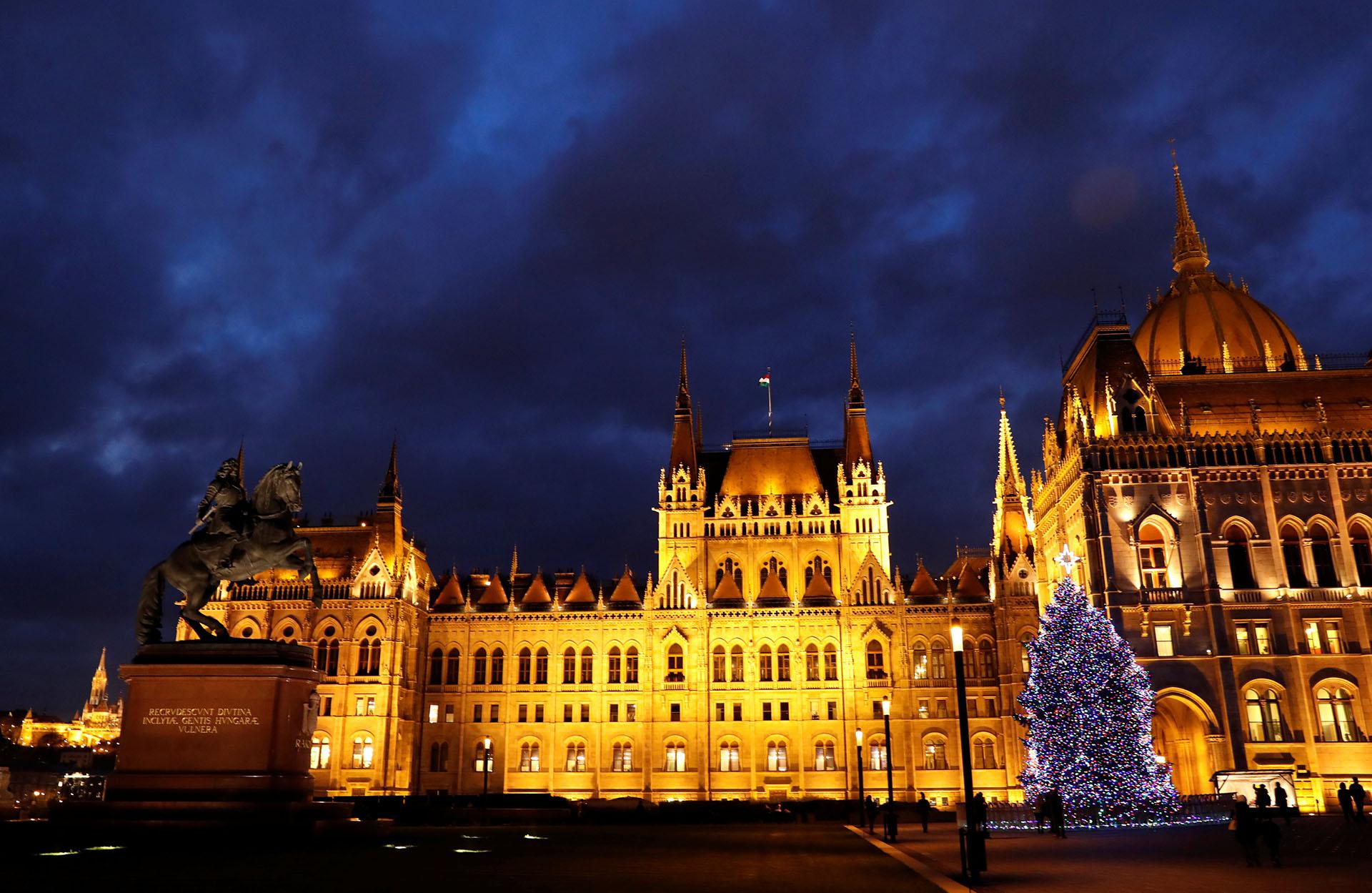 BUDAPEST. HUNGRÍA. El árbol iluminado con luces blancas frente al parlamento