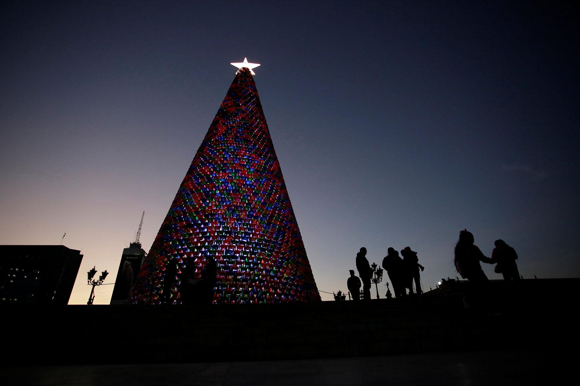 MONTERREY, MÉXICO. El árbol de navidad mexicano creado con sillas de plástico está en la Macroplaza de Monterrey
